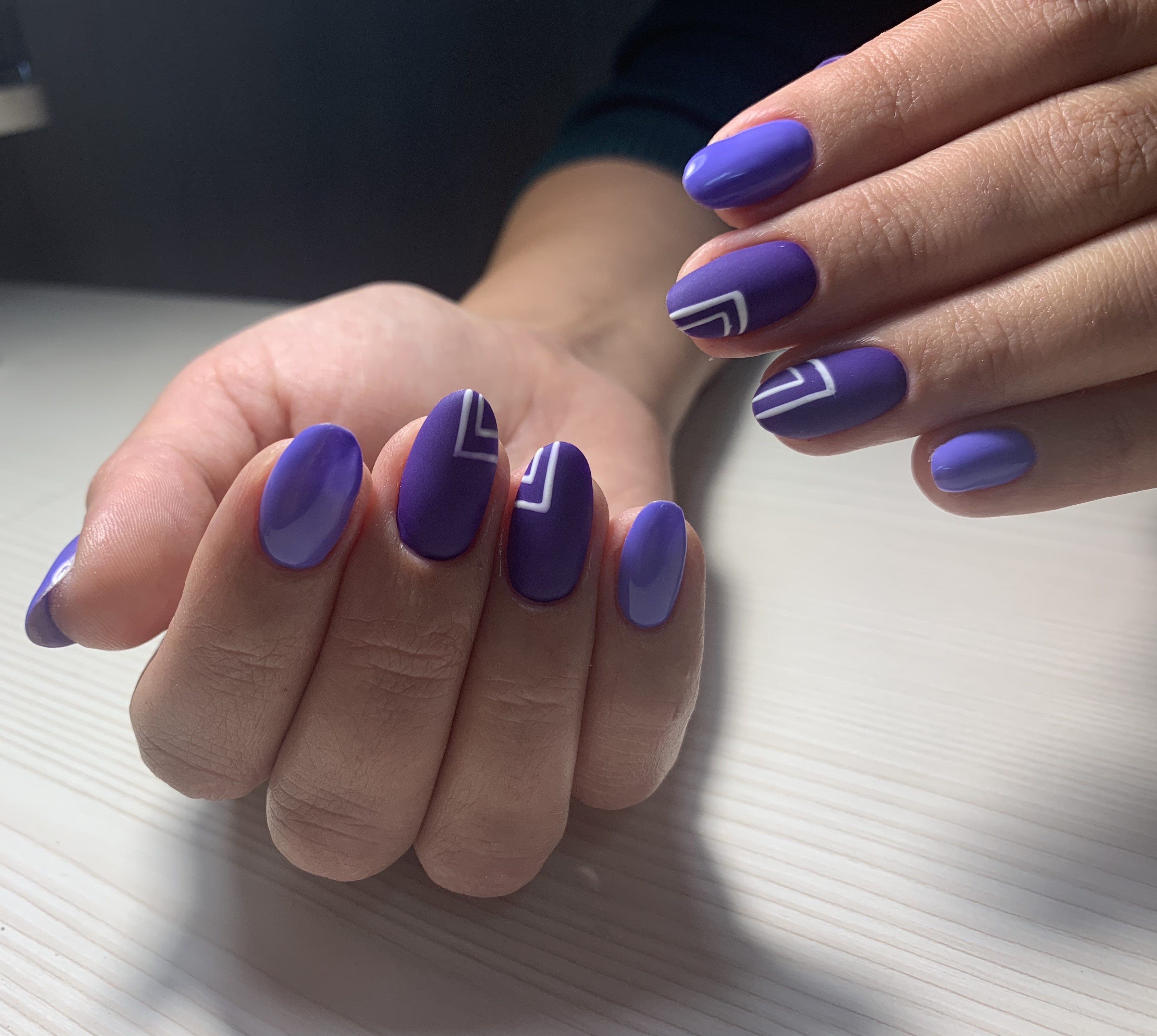 Маникюр в фиолетовом цвете с матовым геометрическим рисунком.