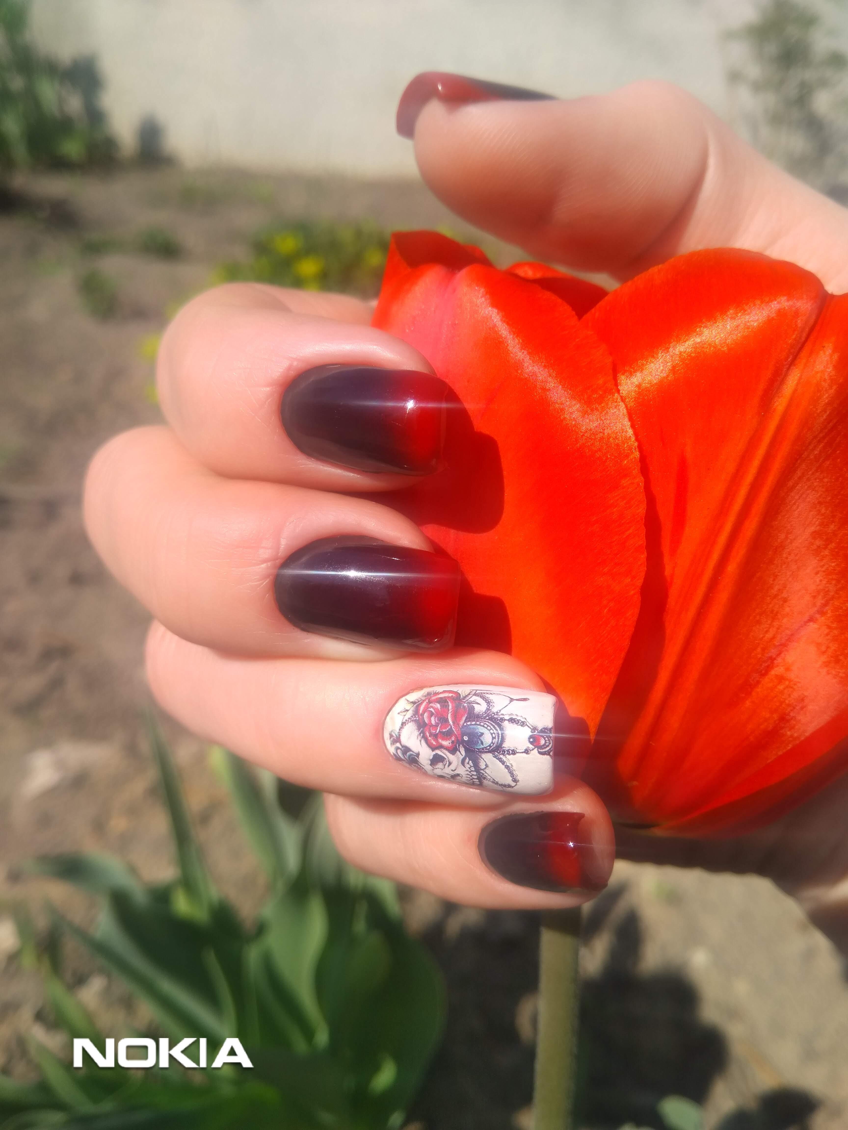 Маникюр в бордовом цвете с красным градиентом и цветочным слайдером.