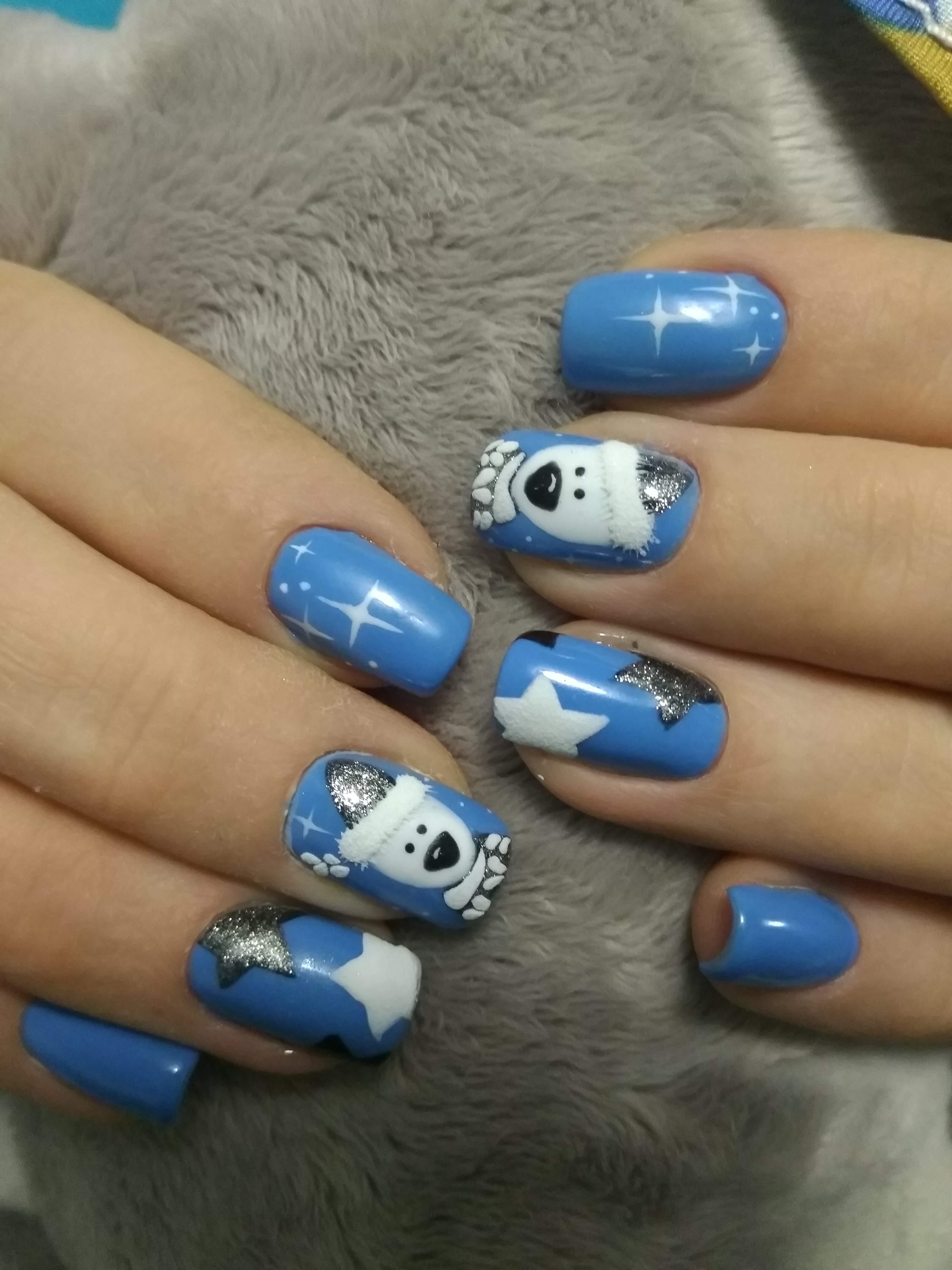 """Зимний маникюр в голубом цвете с мультяшным рисунком """"медвежонок"""", """" звёздочка"""" и серебряными блёстками."""