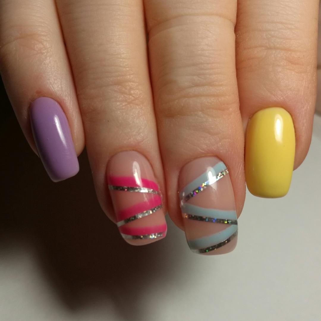 Разноцветный маникюр с нюдовым дизайном, цветными и серебряными полосками.