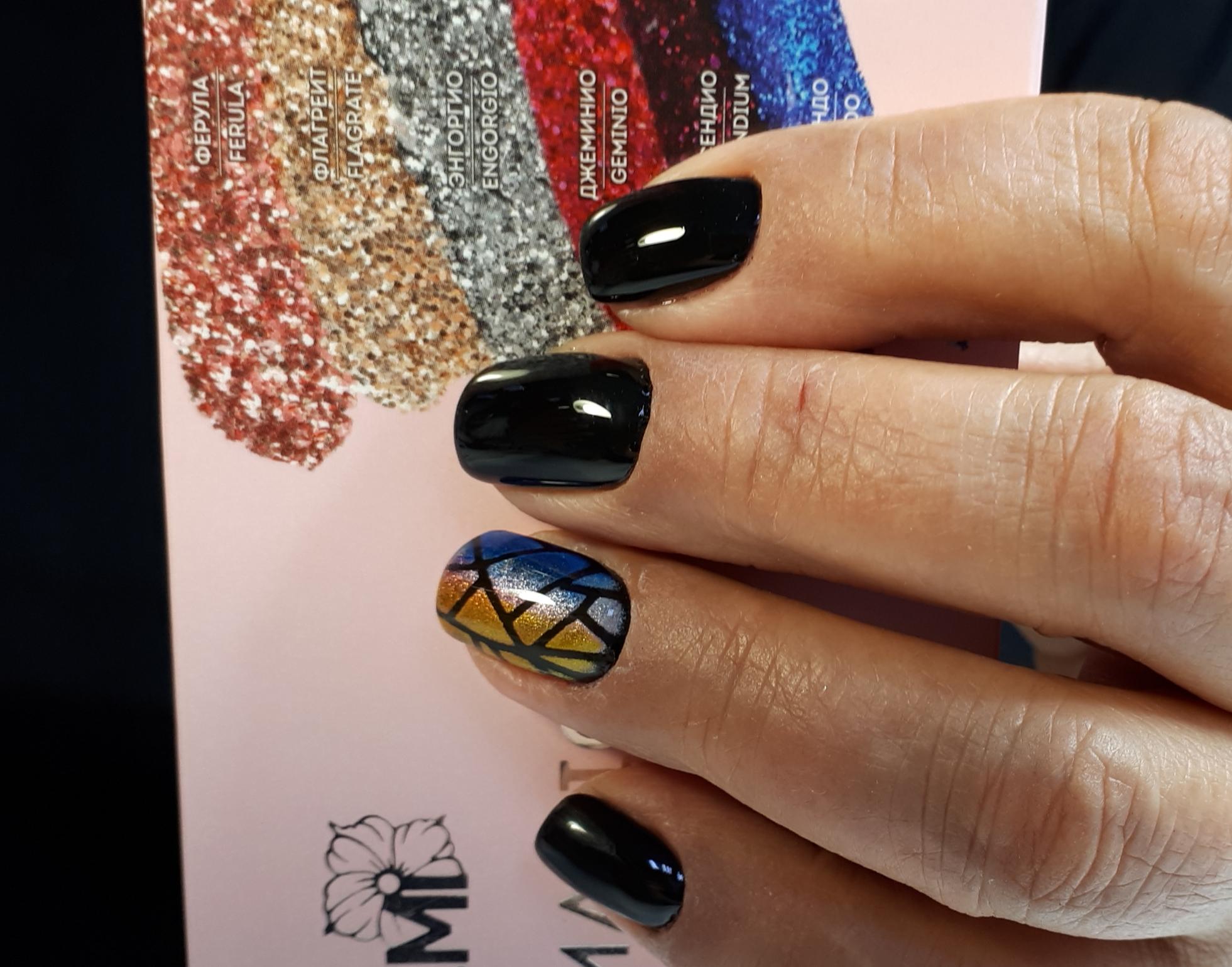 Однотонный маникюр в чёрном цвете с контрастным дизайном битое стекло.