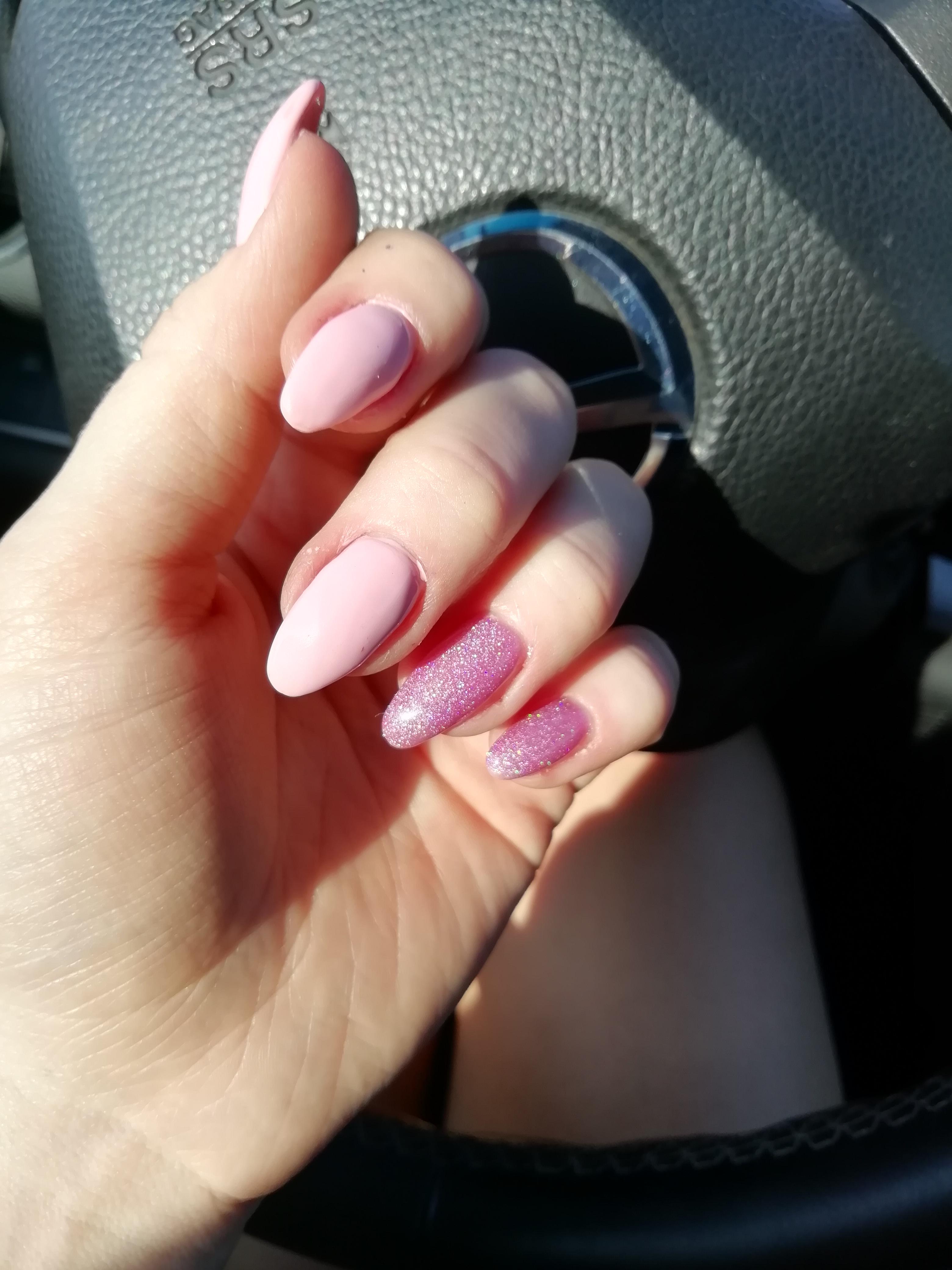 Маникюр в розовом цвете с блёстками.