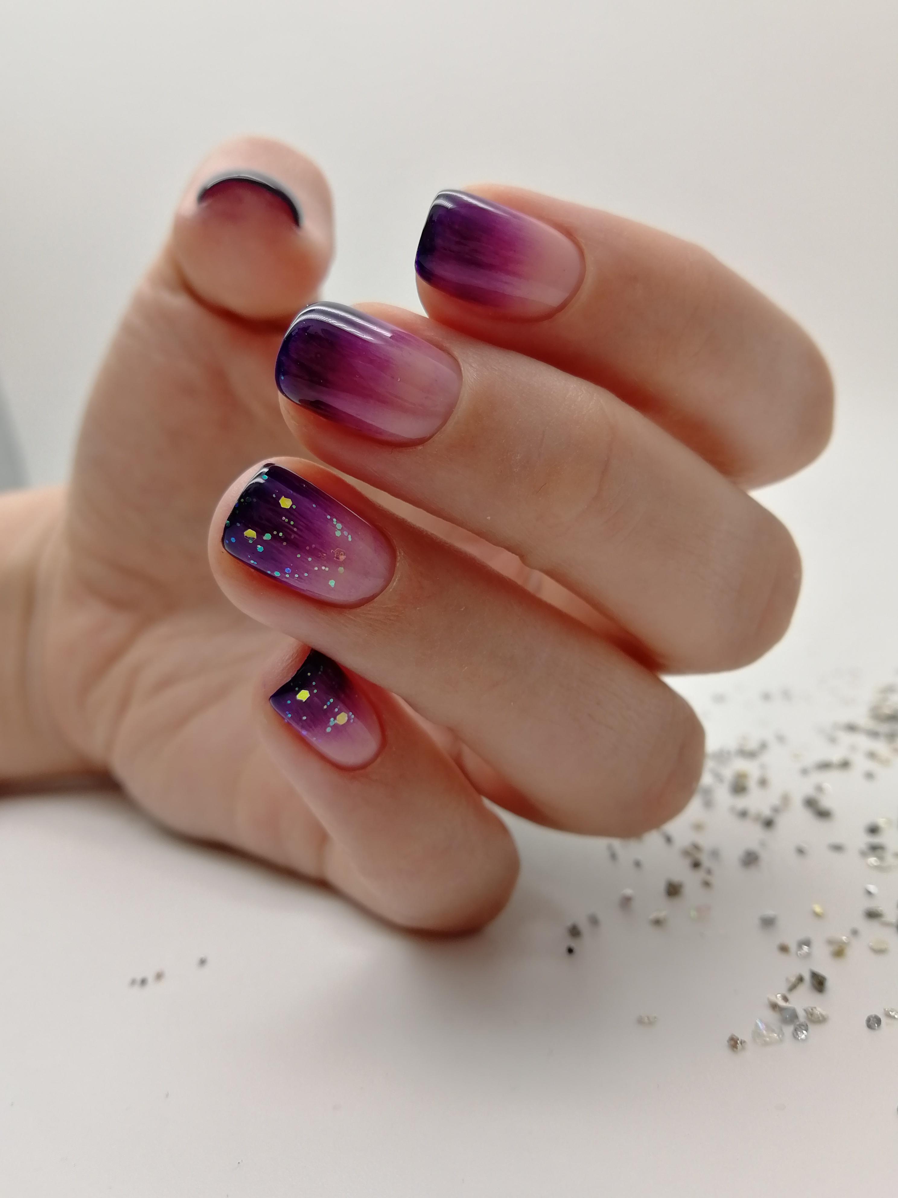 Нюдовый маникюр с фиолетовым градиентом и цветными камифубуки.