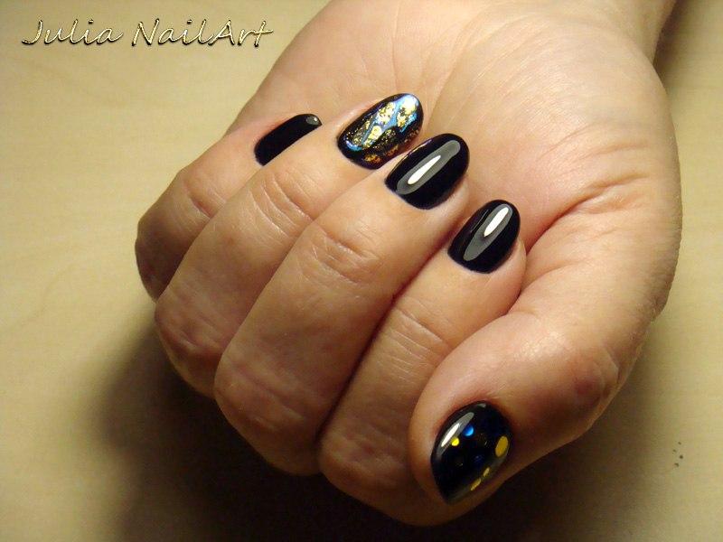 Маникюр в чёрном цвете с золотой фольгой и камифубуки.