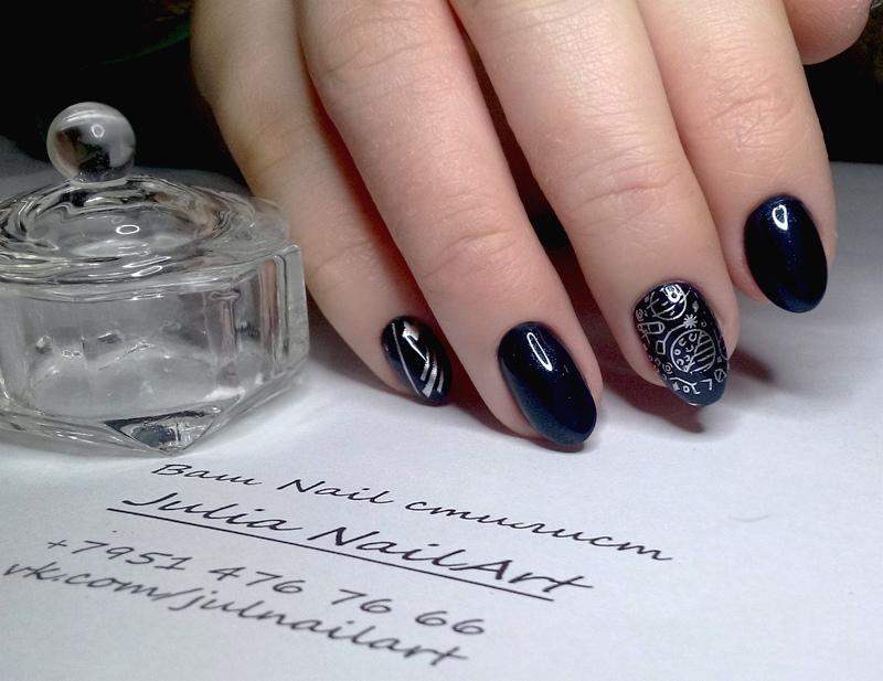 Маникюр с космическим серебряным слайдером в темно-синем цвете.