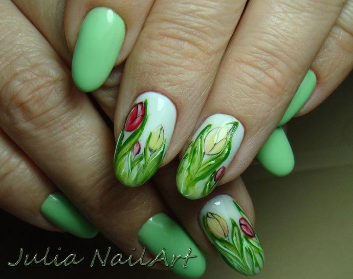 Маникюр в салатовом цвете и цветочным рисунком.