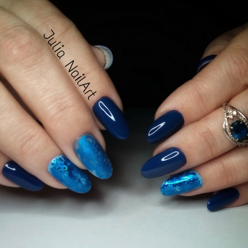 Маникюр с цветной матовой фольгой в темно-синем цвете.