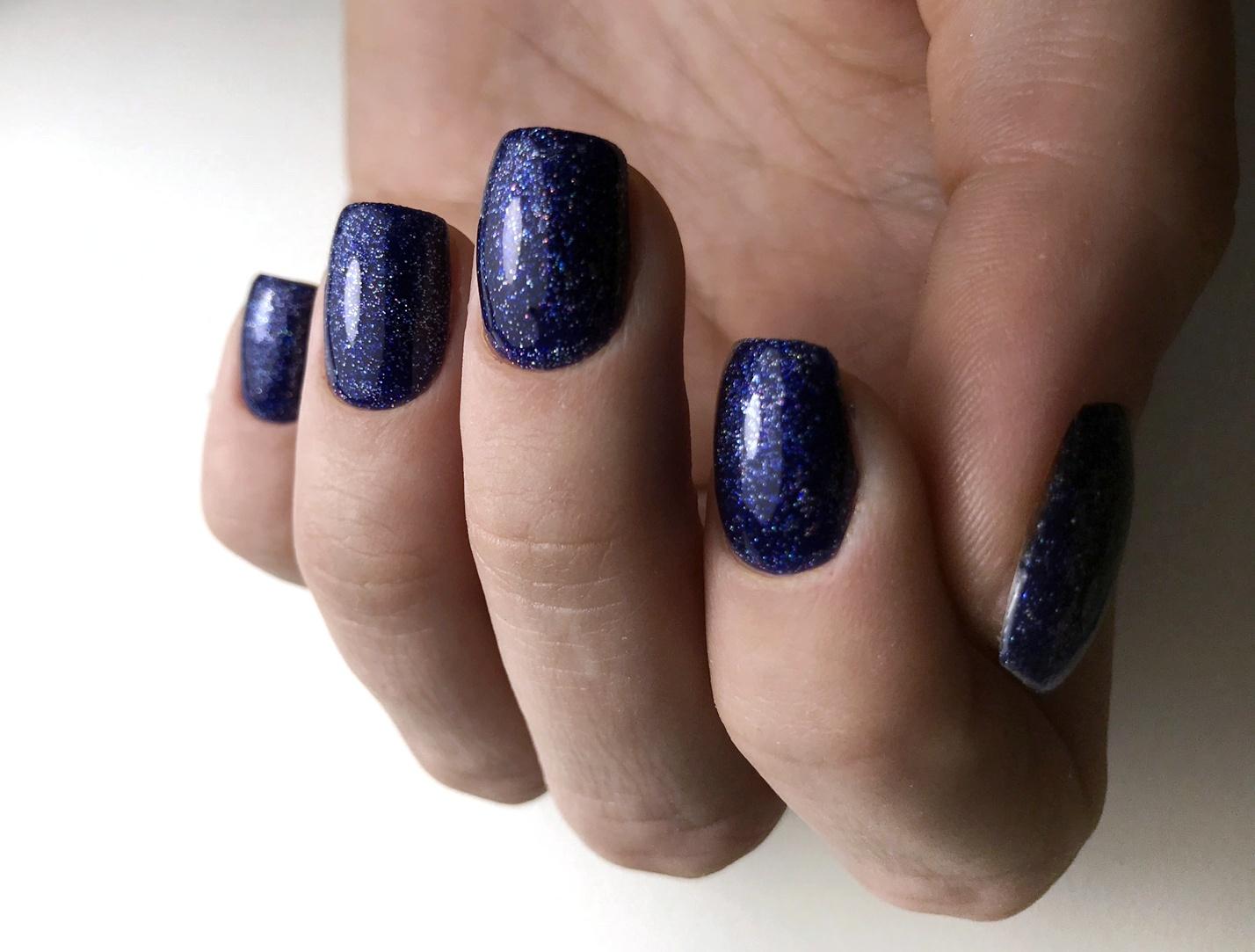 Блестящий маникюр в тёмно-синем цвете.