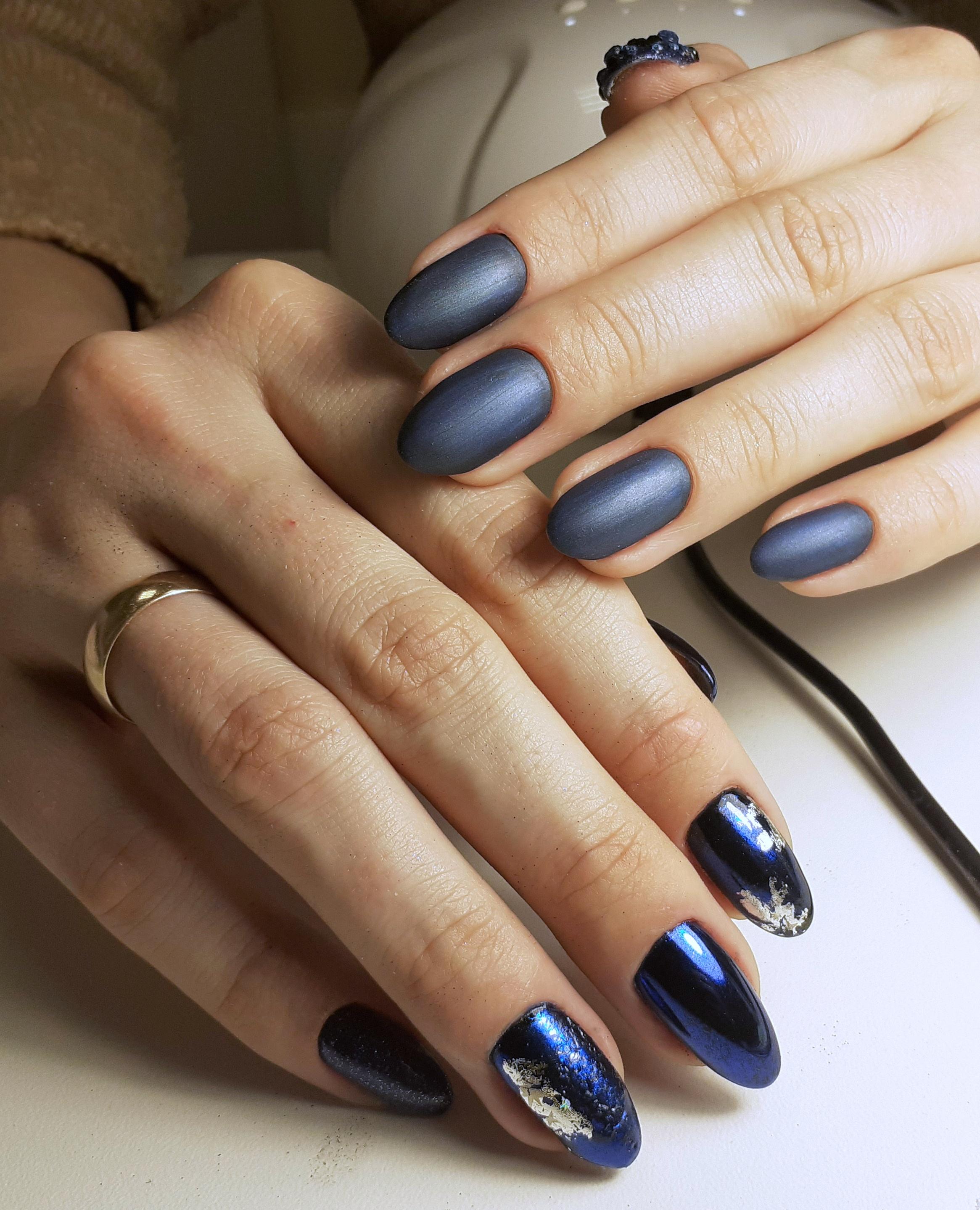 Контрастный глянцевый и матовый маникюр в тёмно-синем цвете.