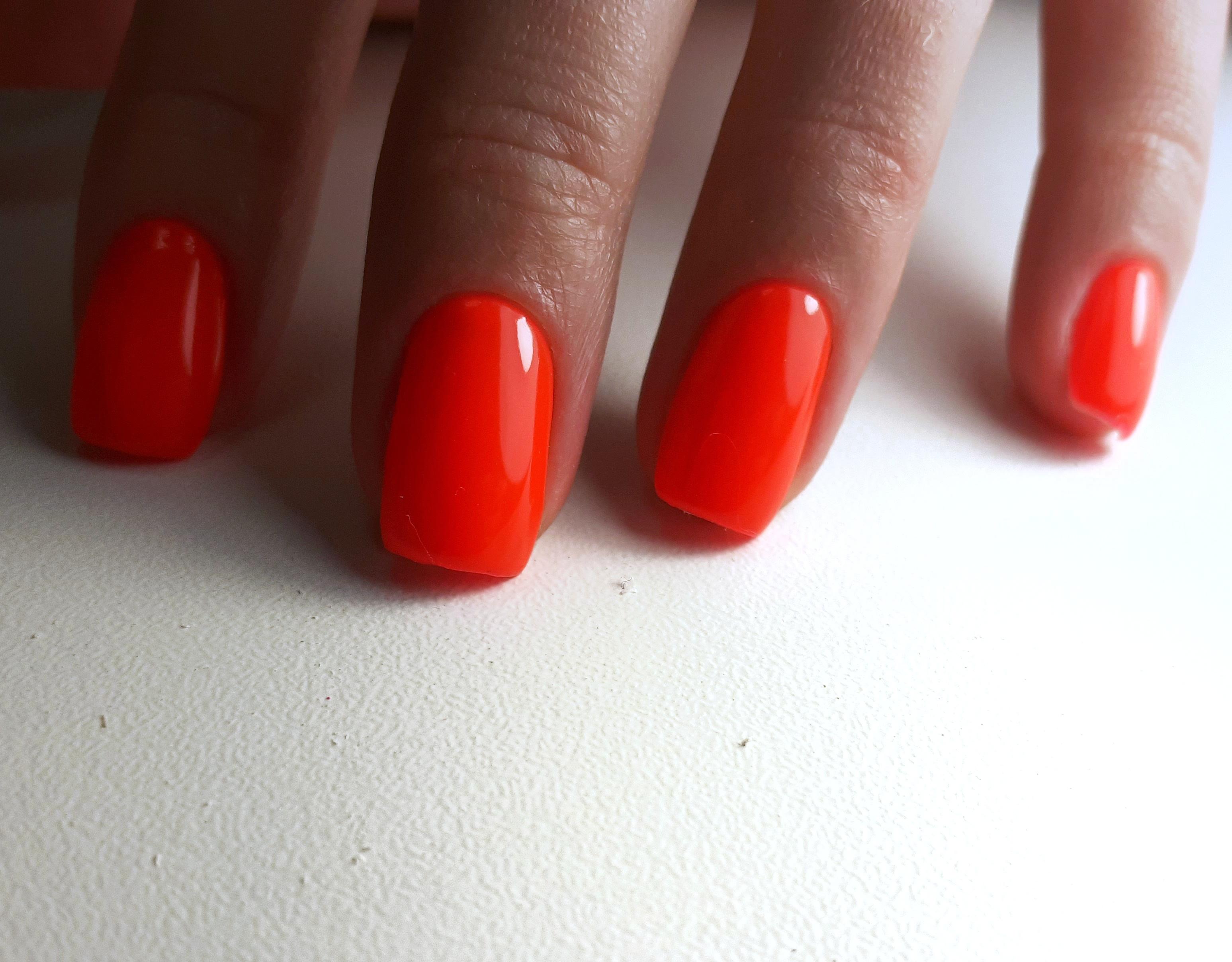 Однотонный маникюр в оранжевом цвете.