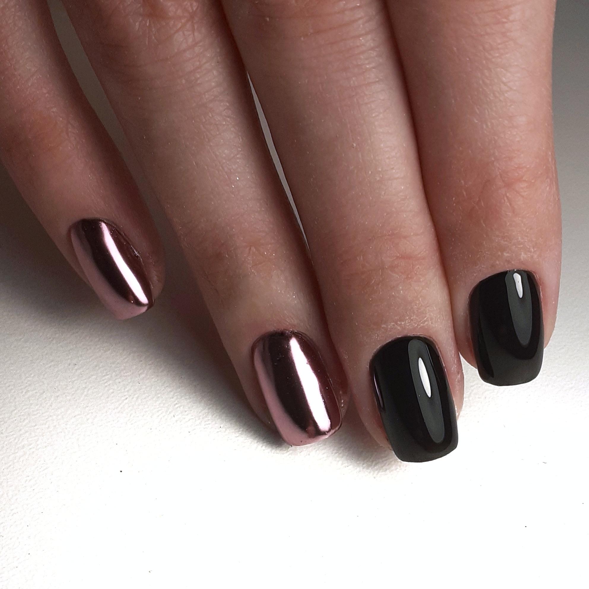 Маникюр в чёрном цвете с блестящей розовой втиркой.