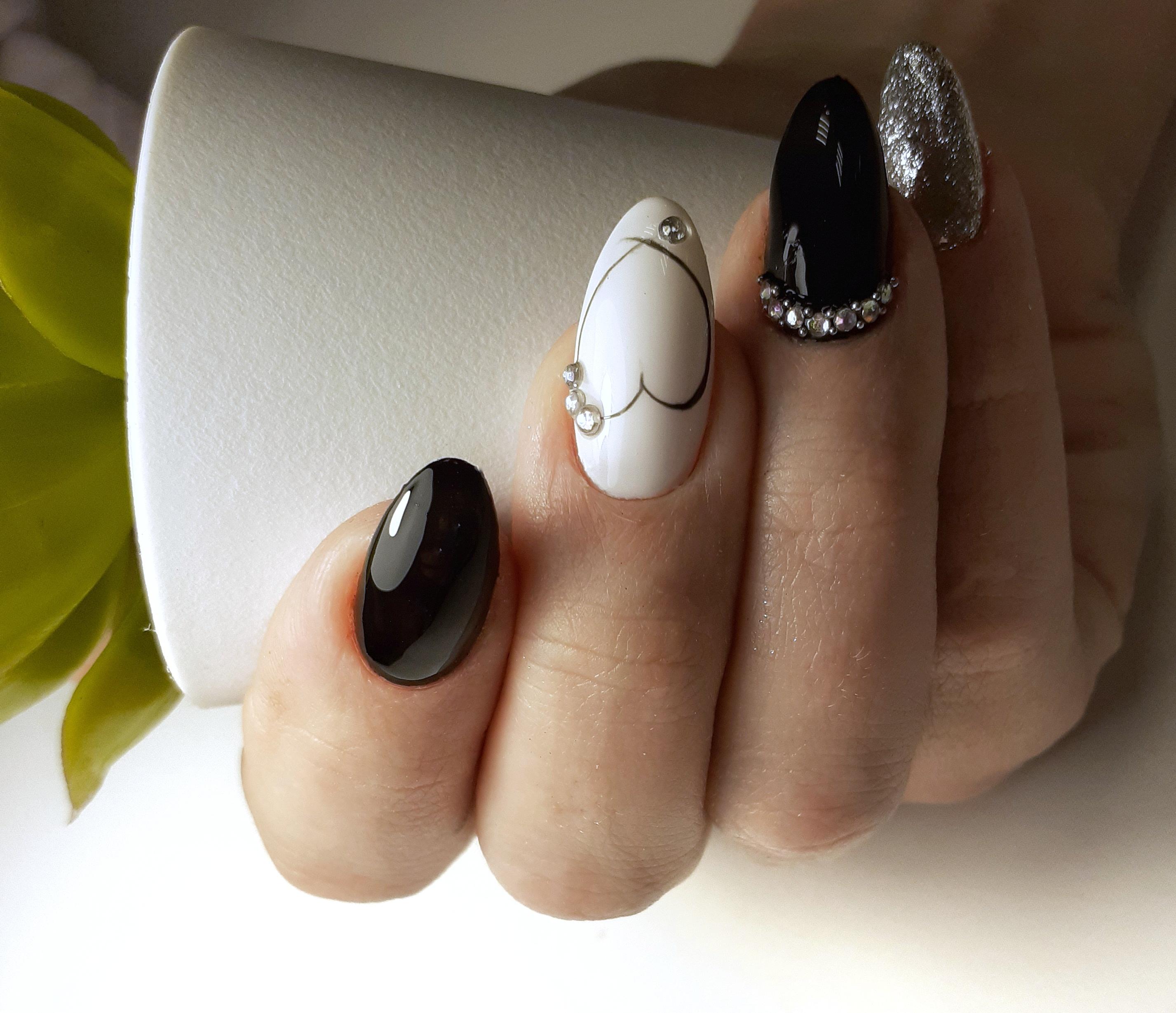 """Контрастный чёрно-белый маникюр с рисунком """"сердечко"""", серебряными блёстками и стразами."""