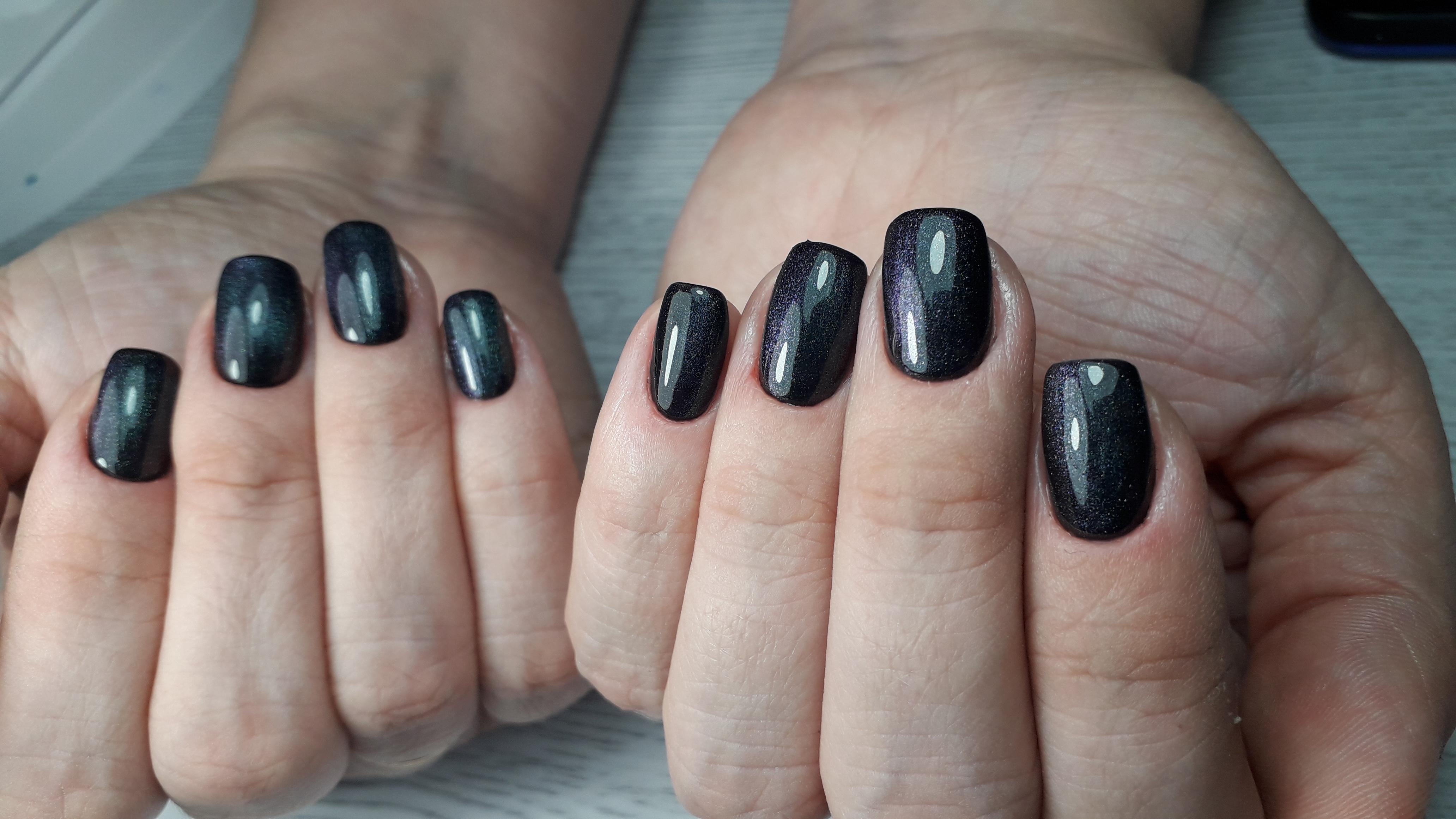 Маникюр в чёрном цвете с блёстками.
