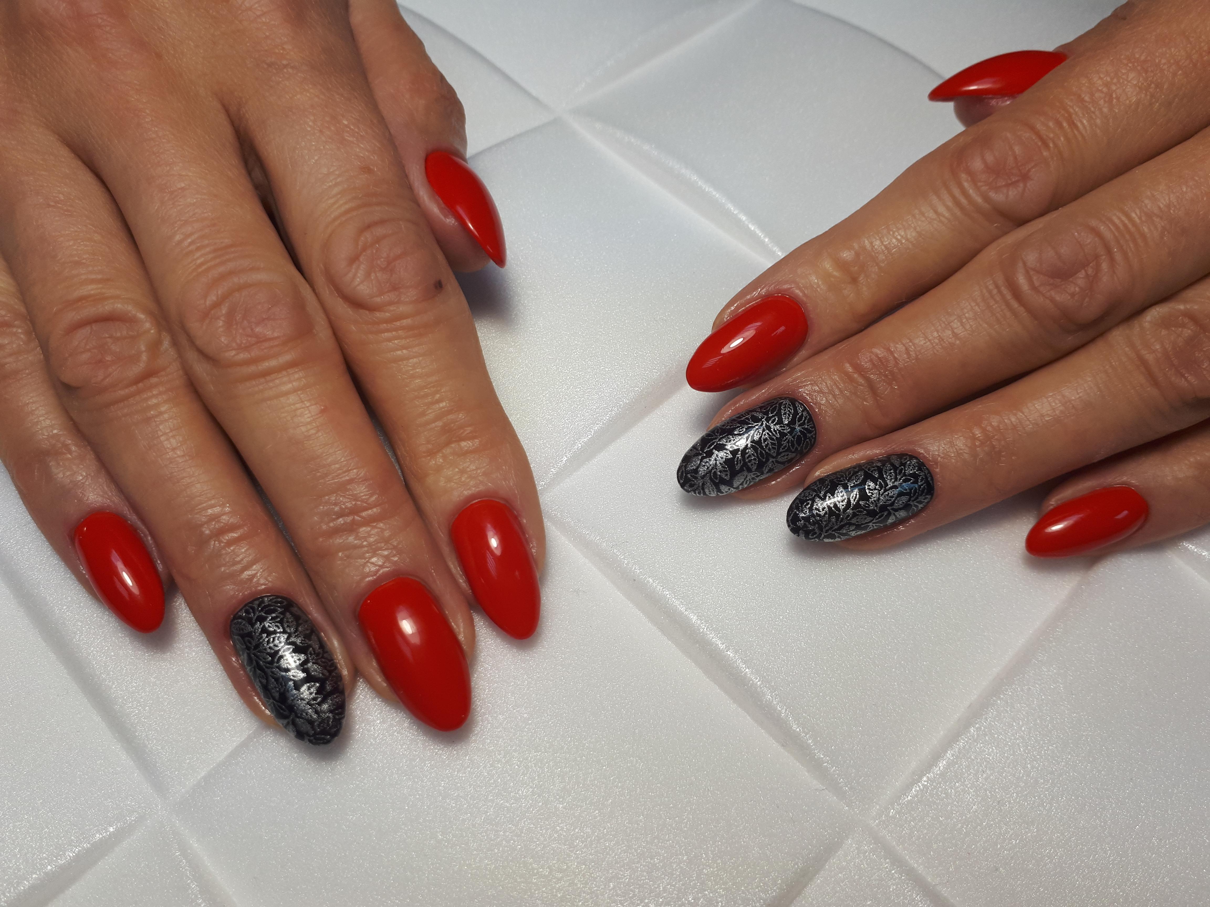 Маникюр в красном цвете со стемпингом серебряными блёстками.