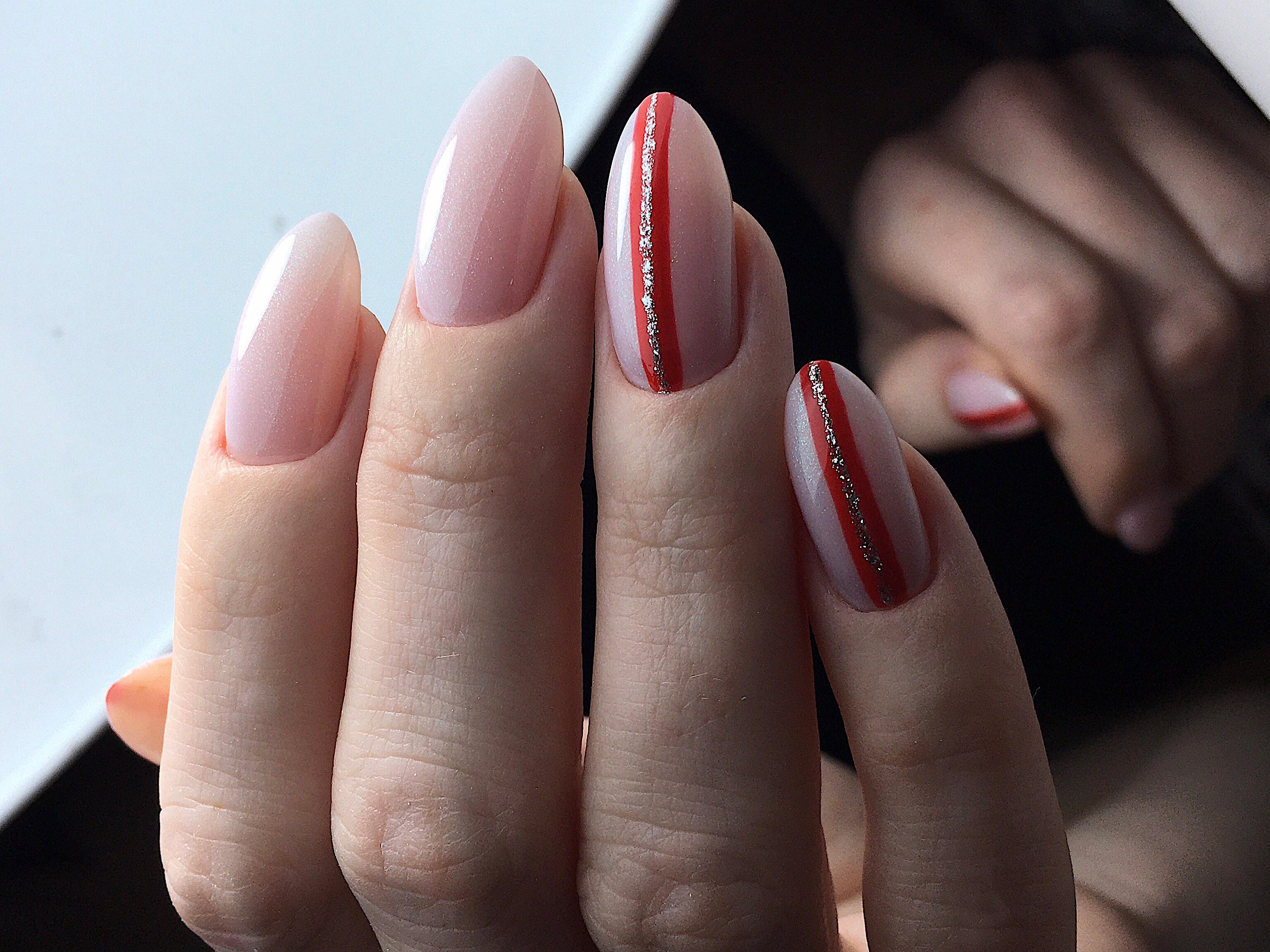 Нюдовый маникюр с полосками и блестками на длинные ногти.