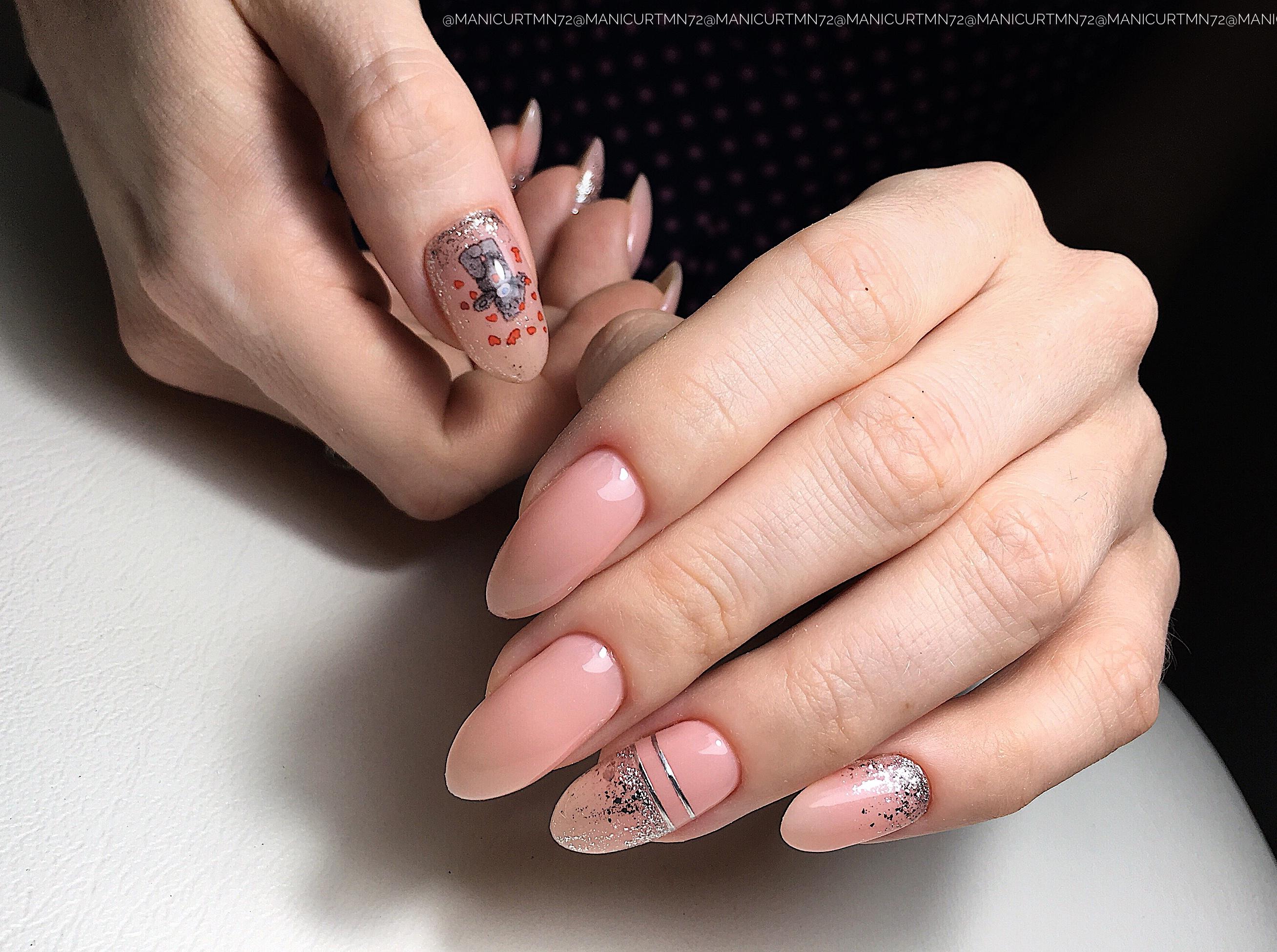 Нюдовый маникюр с мишкой Тедди, серебряными полосками и блестками на длинные ногти.