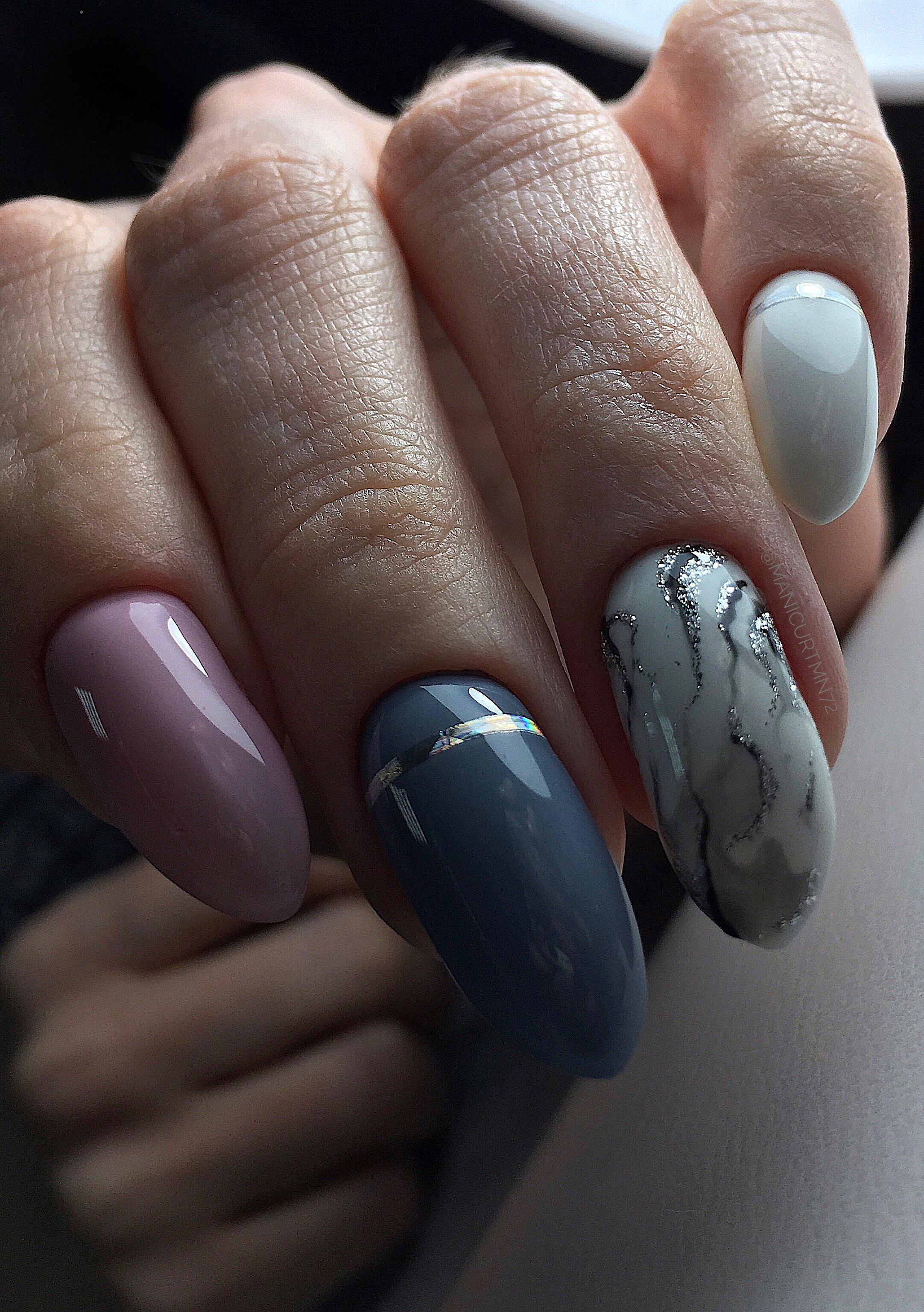 Маникюр с мраморным дизайном и серебряными полосками в пастельных тонах на длинные ногти.