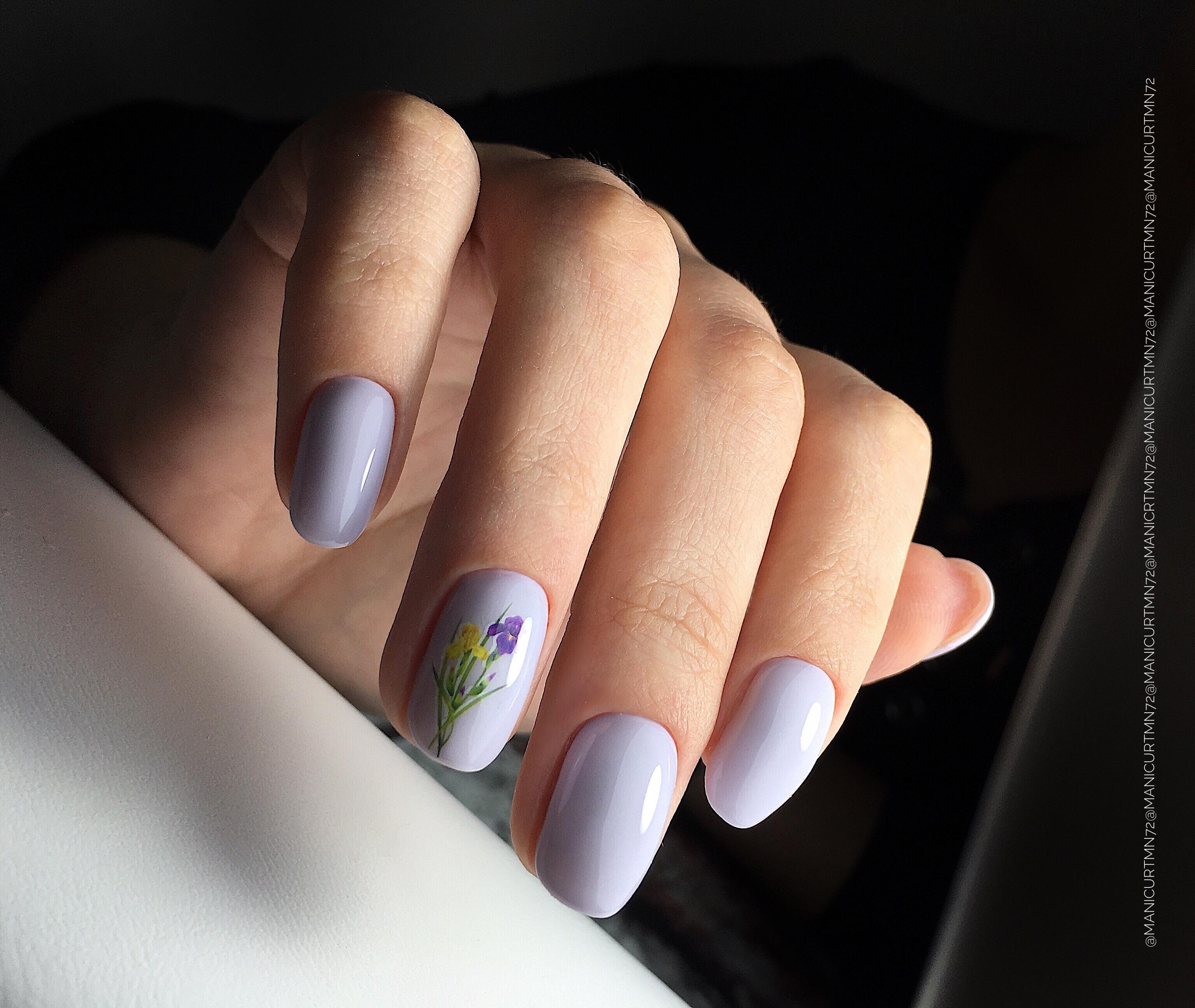 Маникюр с цветочным слайдером в сиреневом цвете на короткие ногти.