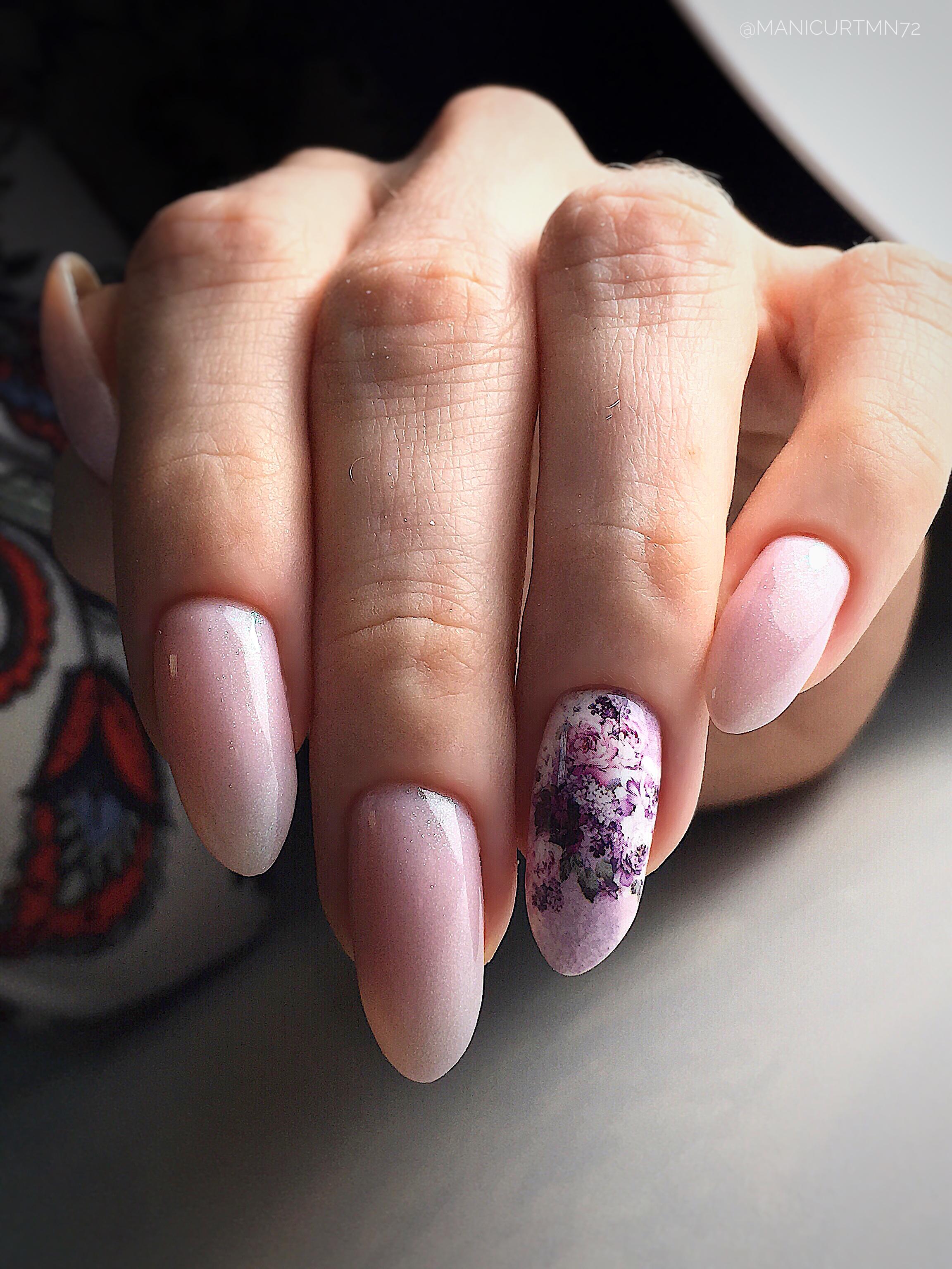 Маникюр с цветочным слайдером в розовом цвете.
