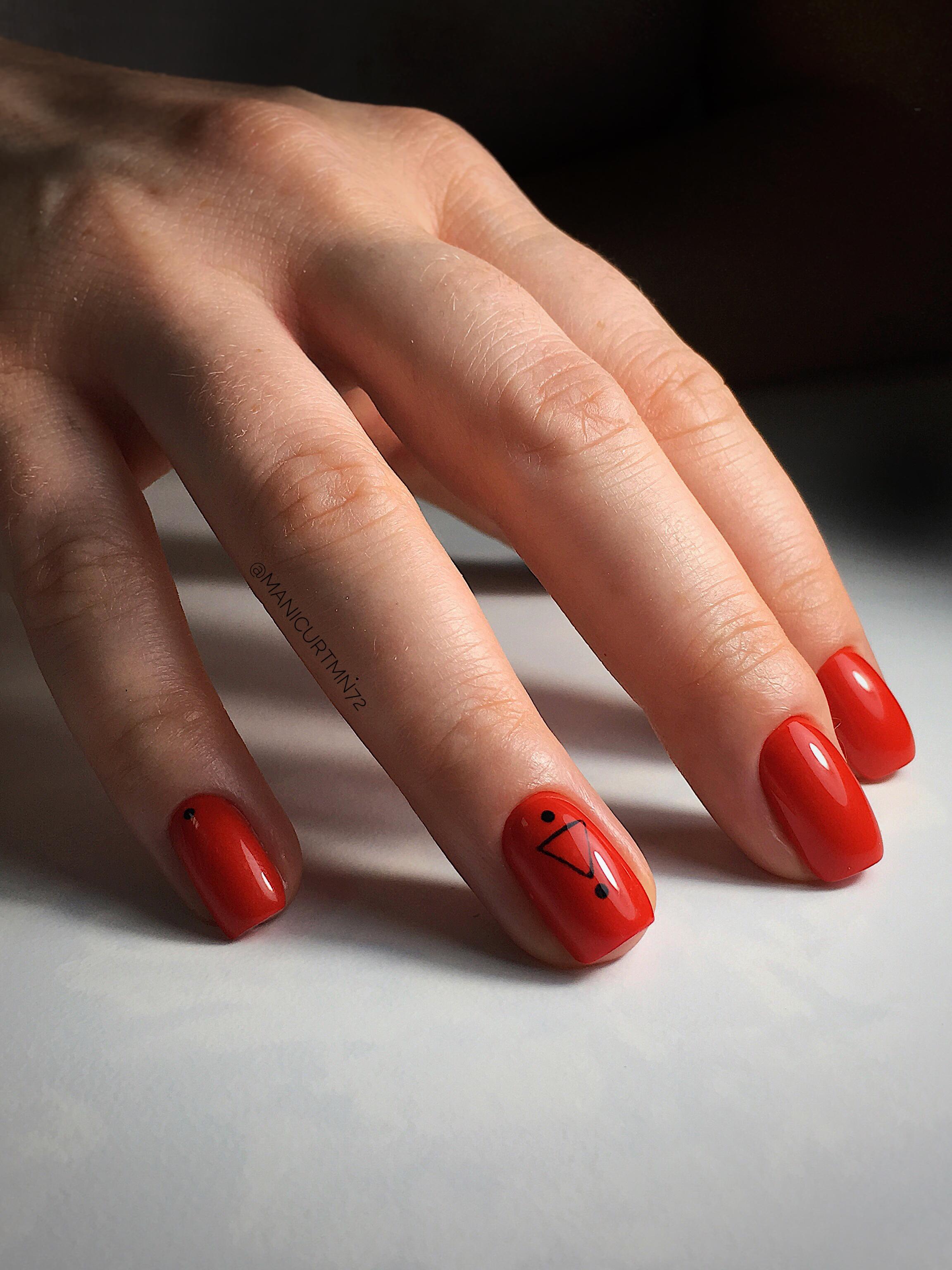 Маникюр с геометрическим рисунком в красном цвете.