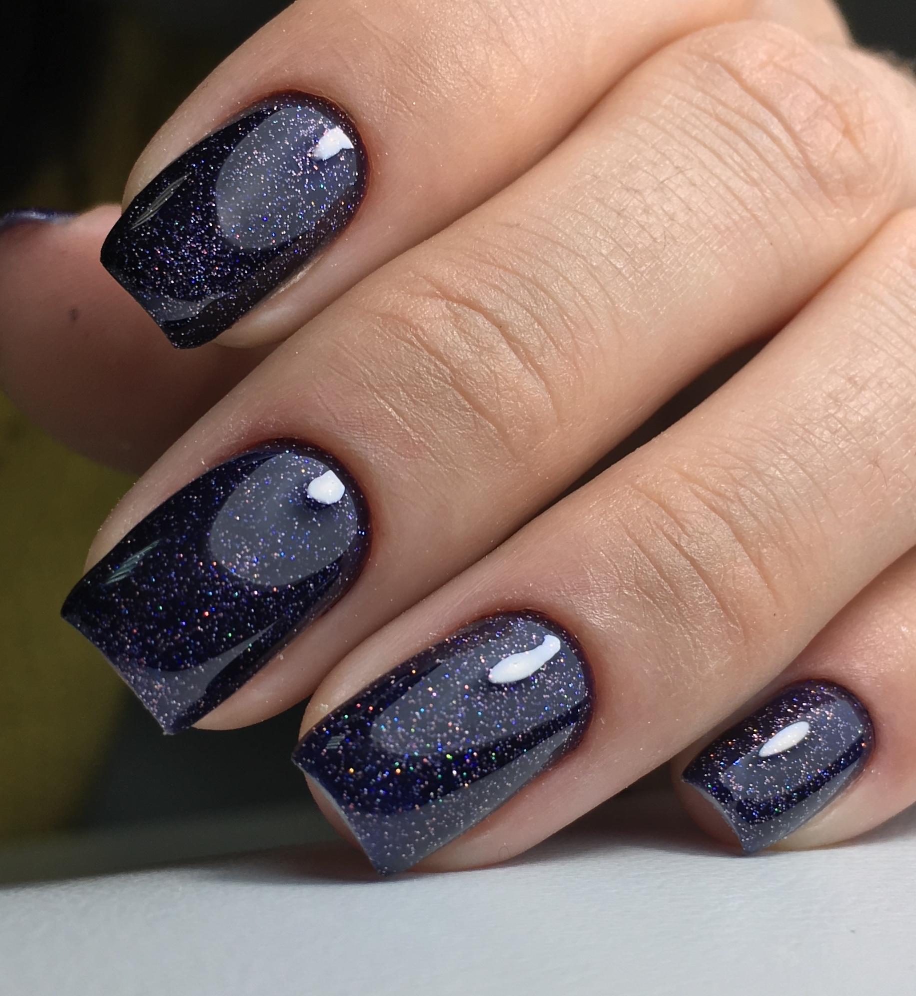 Маникюр в тёмно-синем цвете с блёстками.