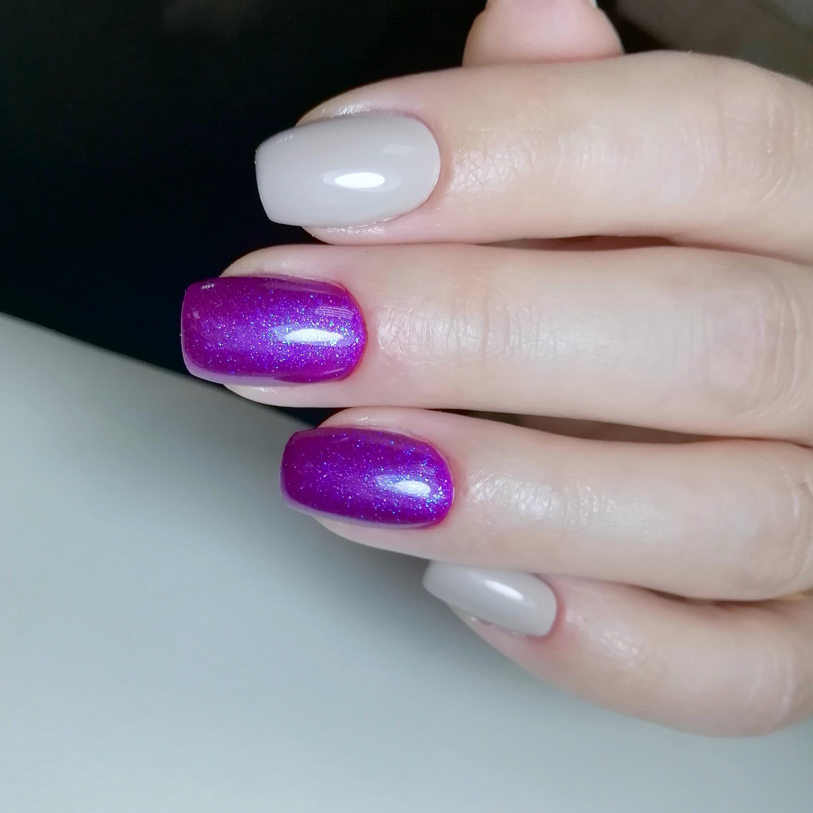 Маникюр в сером цвете с фиолетовым дизайном.