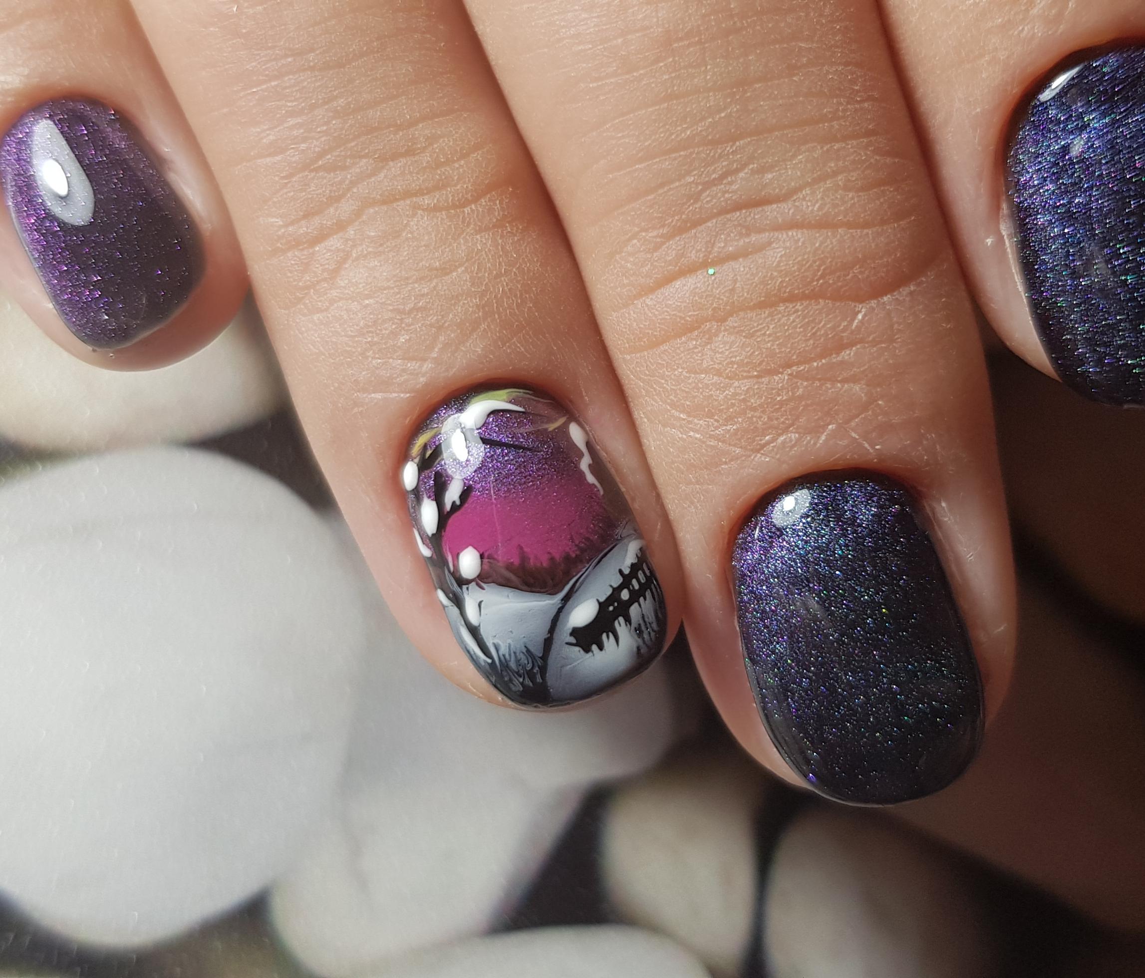 Маникюр в тёмно-фиолетовом цвете с блеска и и художественной росписью.