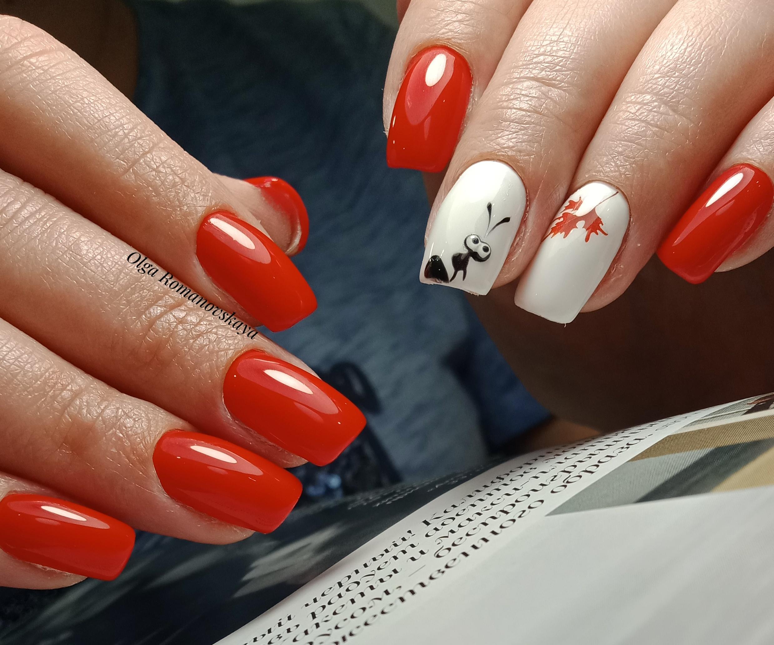 """Маникюр в красном цвете с белым дизайном, мультяшным рисунком """"муравей""""."""