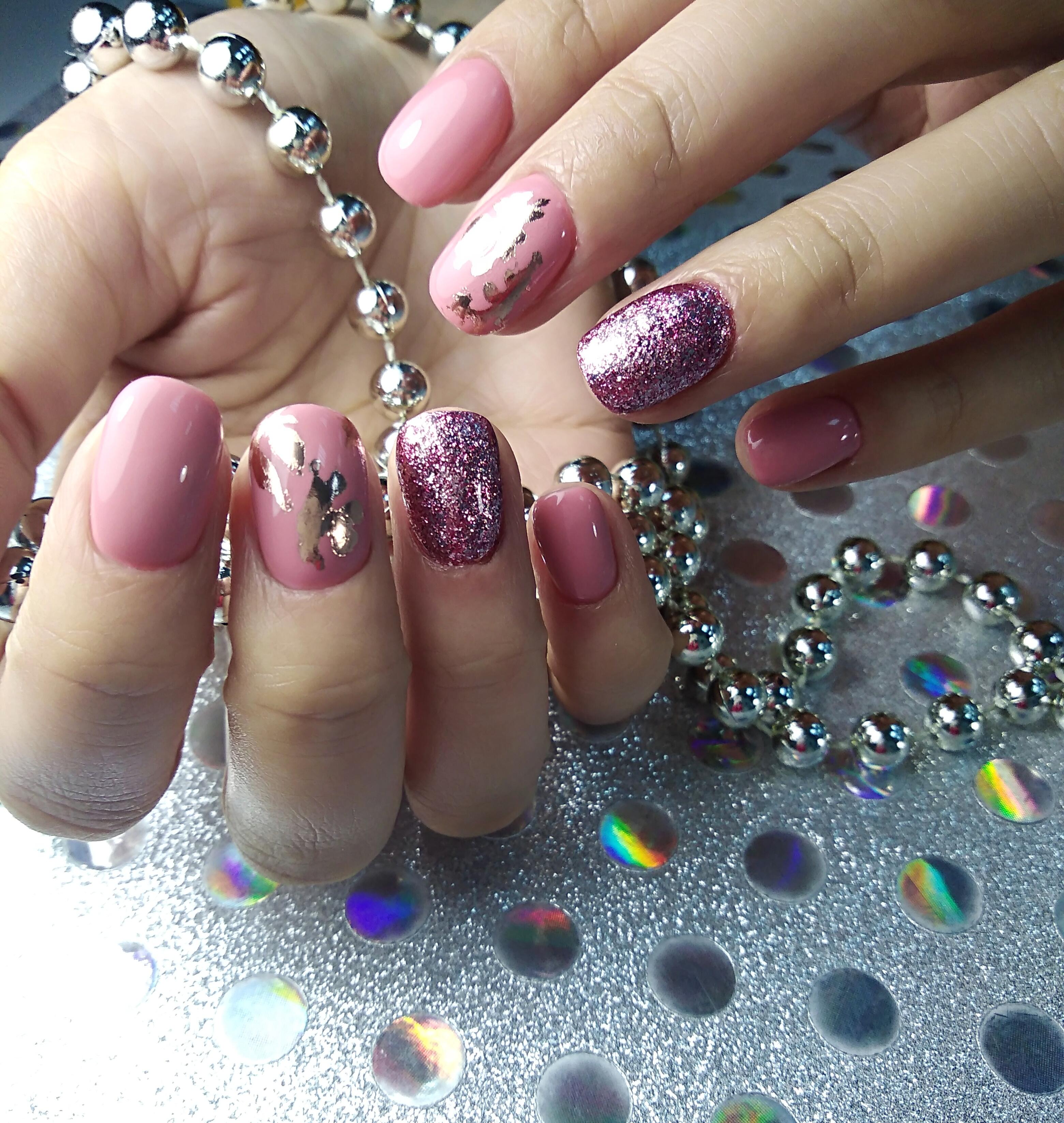 Маникюр в розовом цвете с фиолетовыми блёстками и серебряной фольгой.