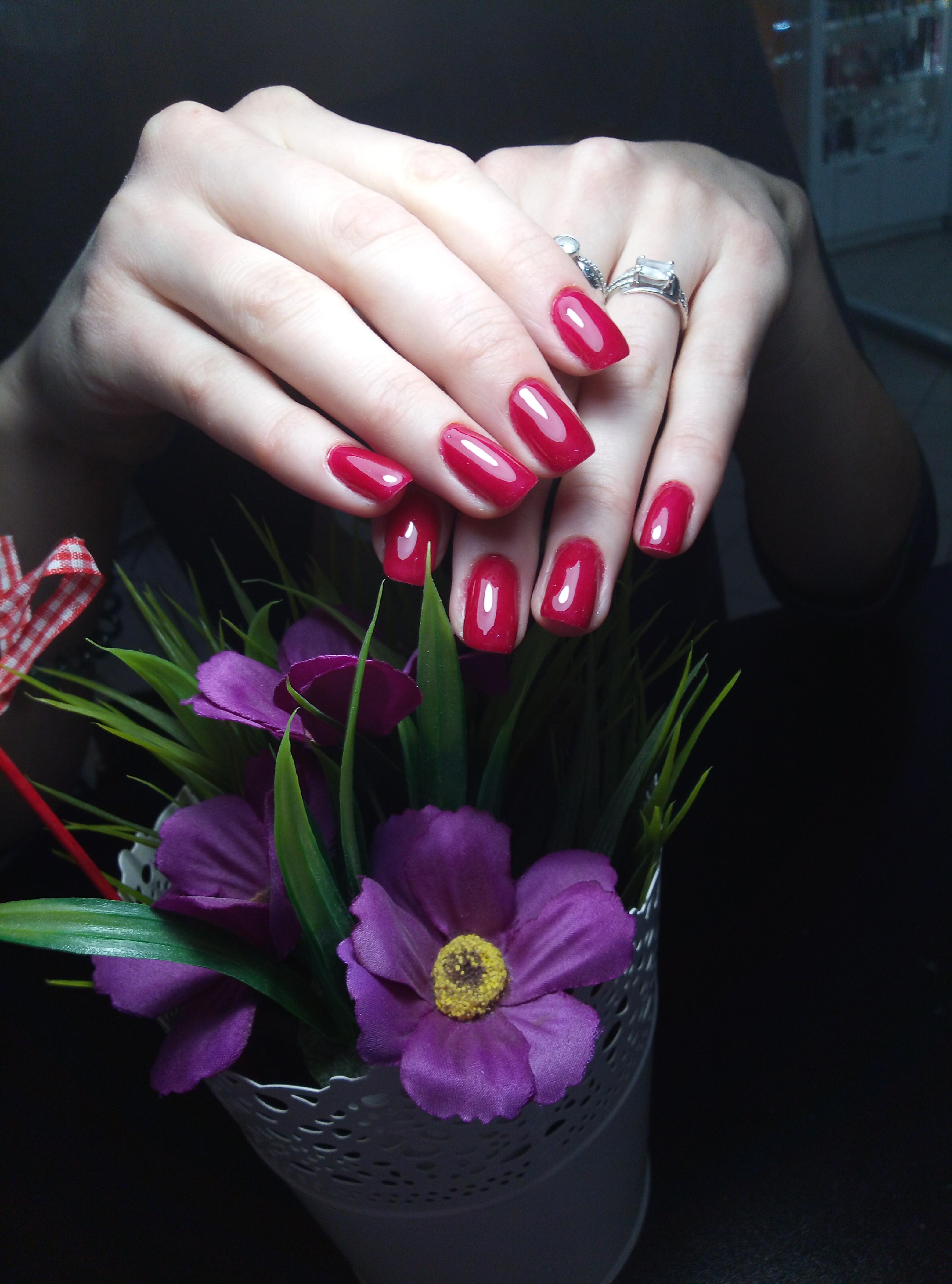 Однотонный маникюр в красном цвете.
