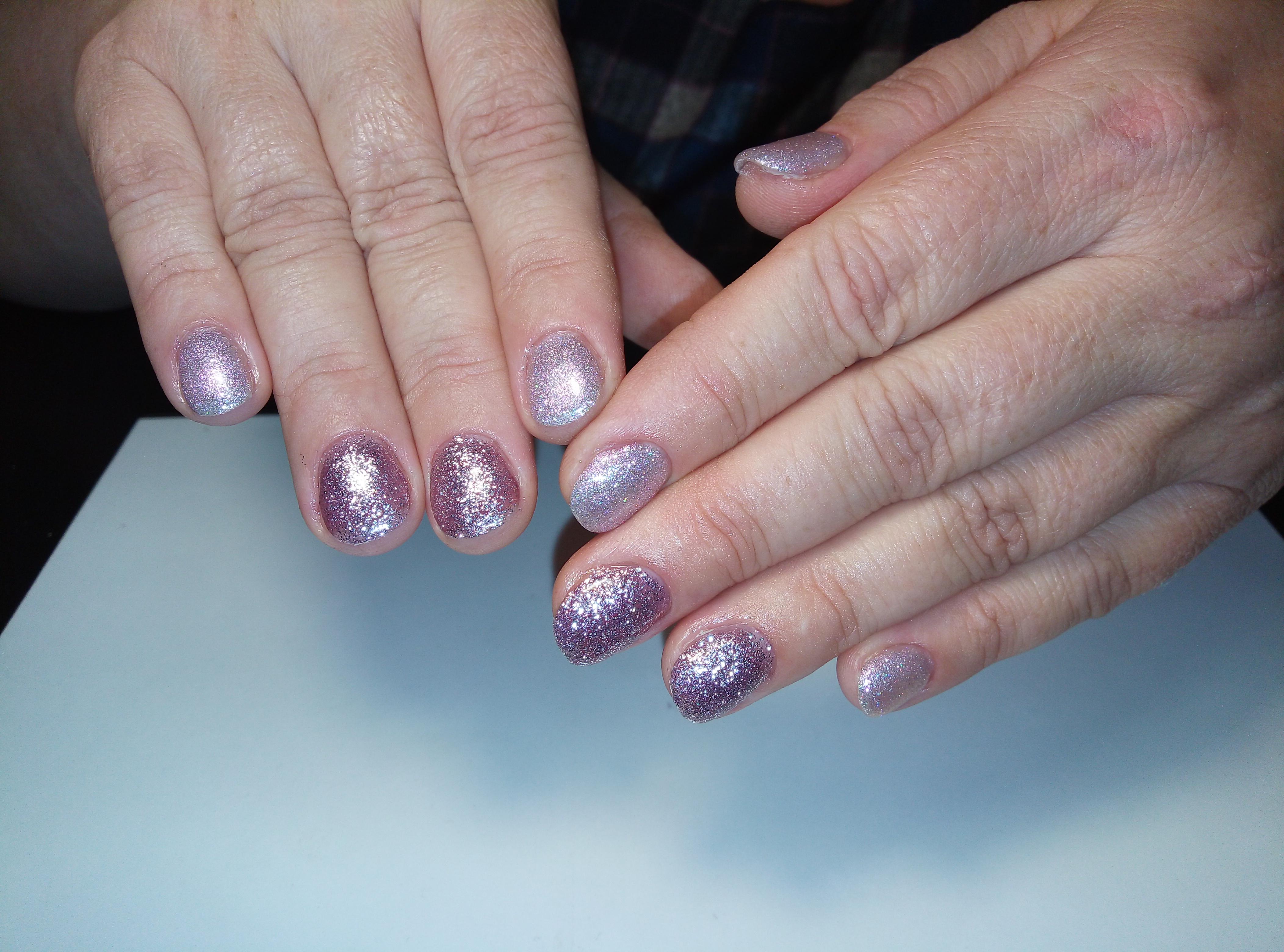 Маникюр с серебряными и фиолетовыми блёстками.