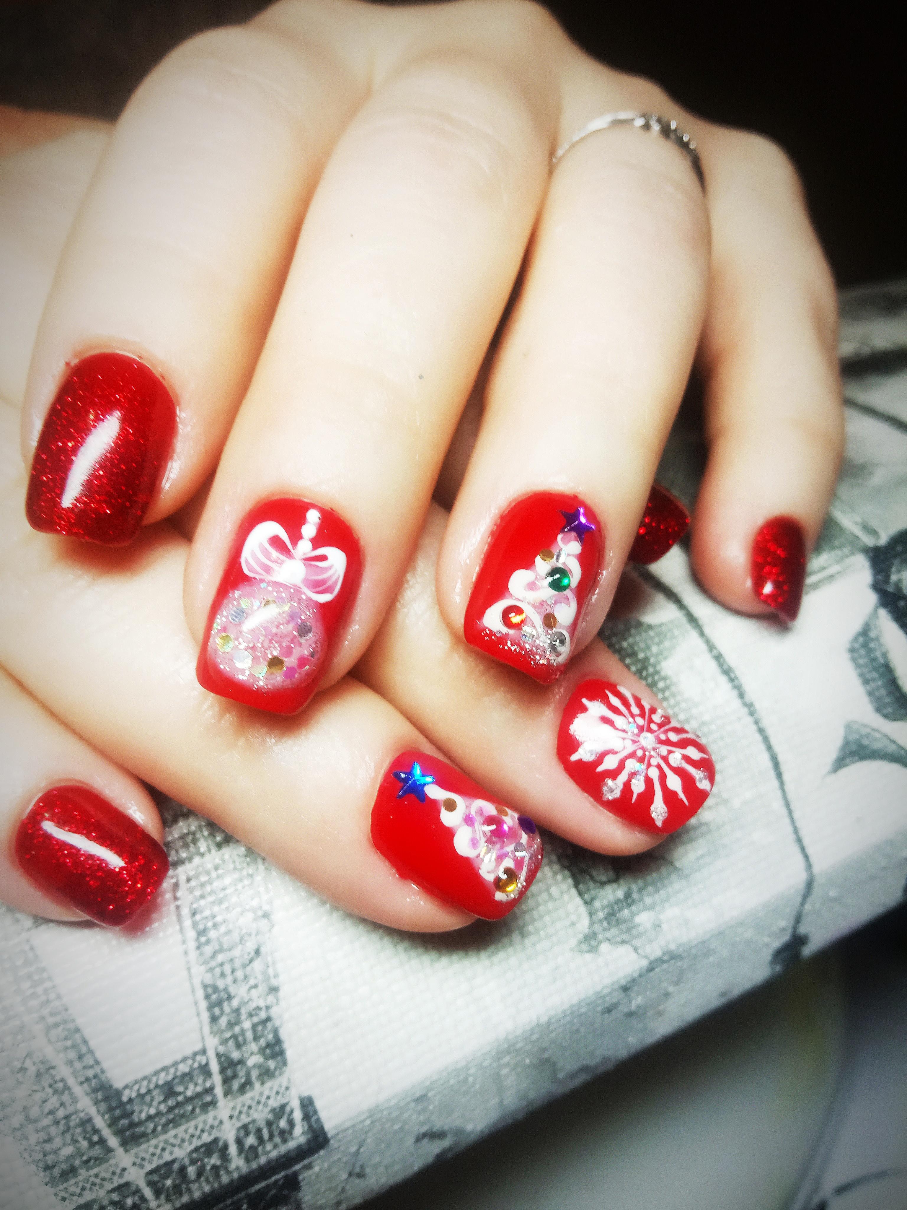 Праздничный маникюр в красном цвете с новогодними рисунками, камифубуки, стразами и блёстками.
