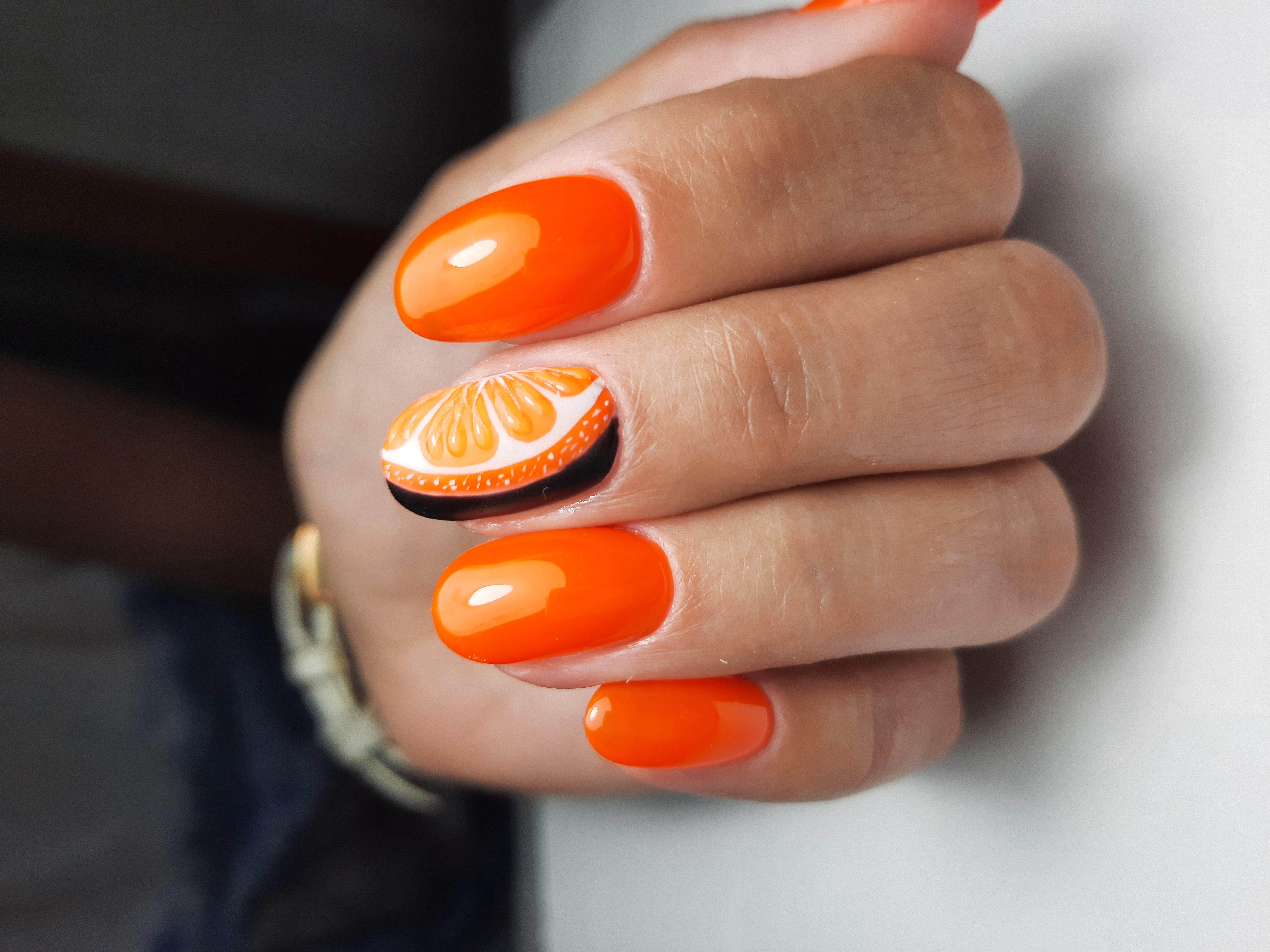 Маникюр с апельсиновым дизайном