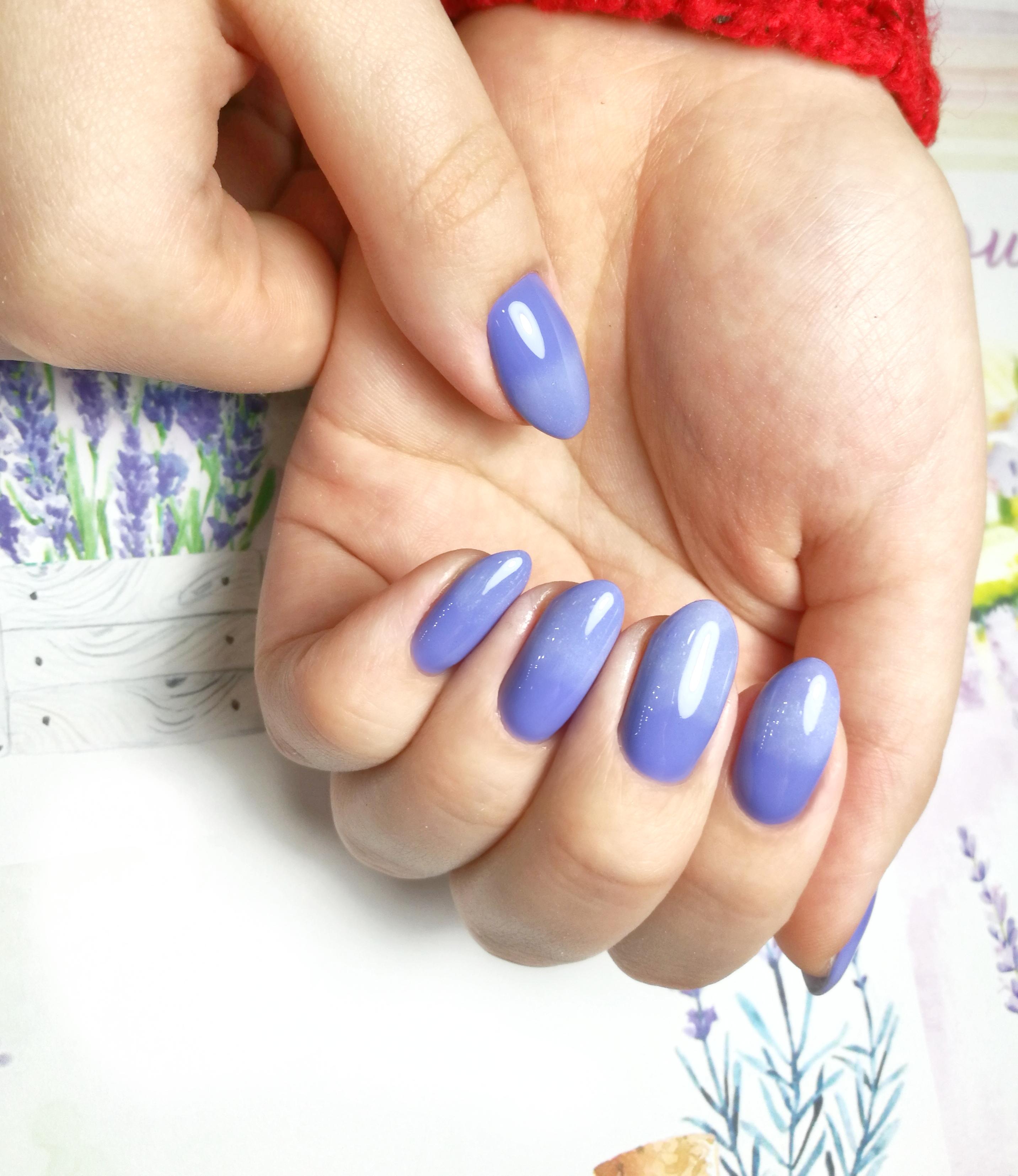 Маникюр с градиентом в голубом цвете.
