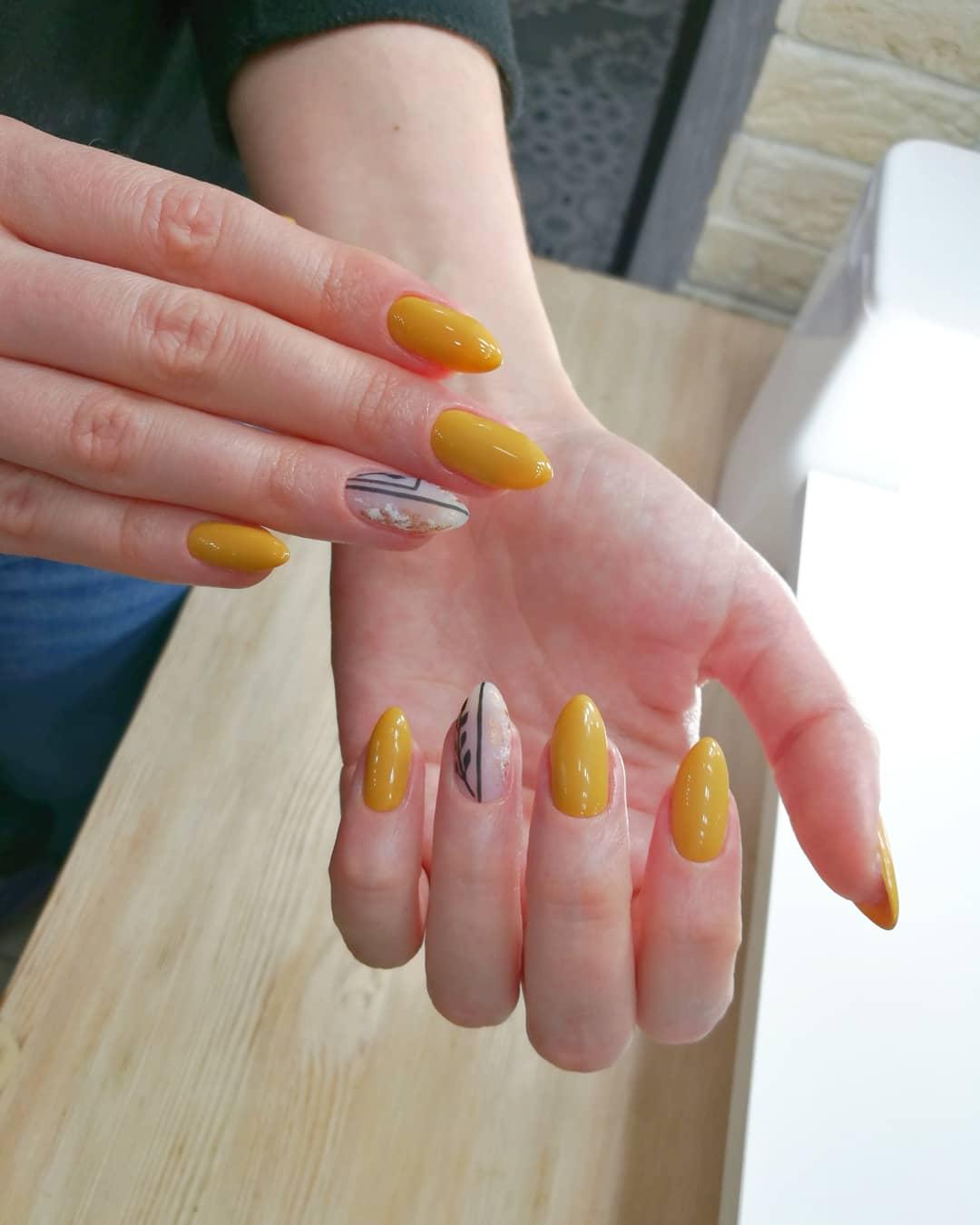 Маникюр с полосками в желтом цвете.