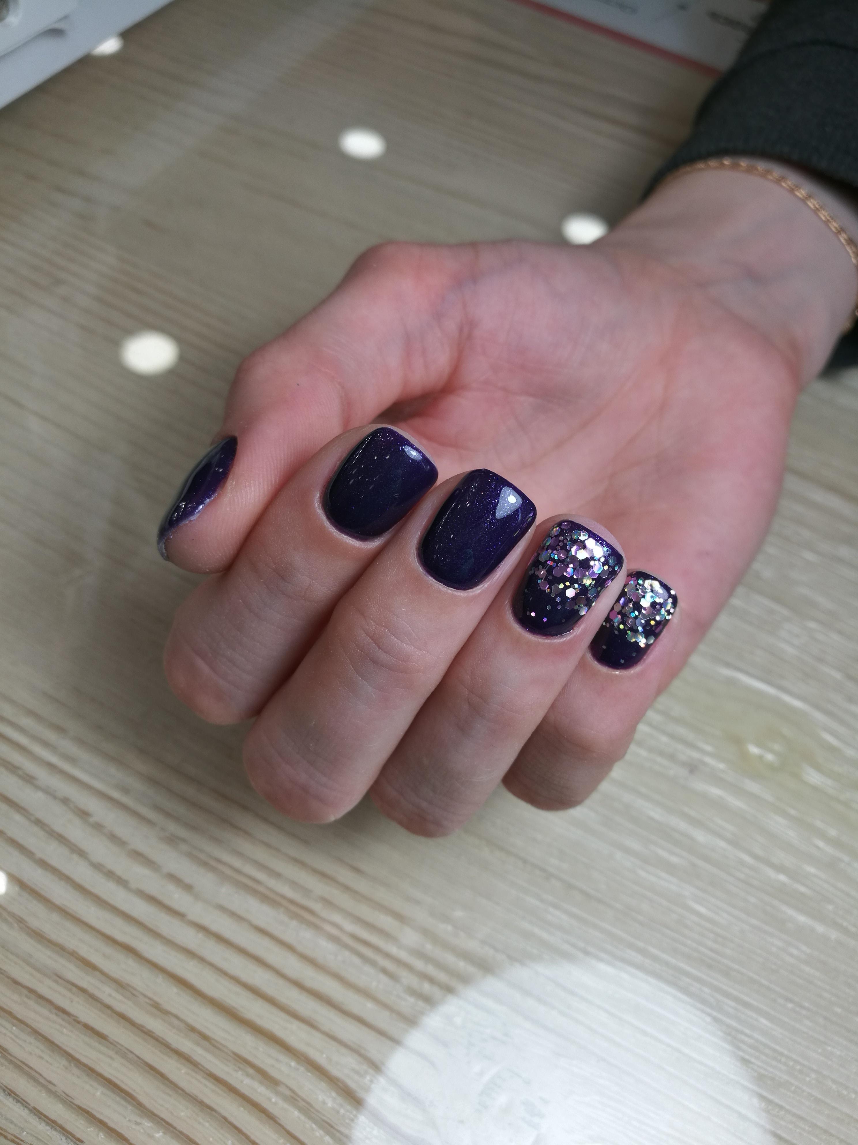 Маникюр в тёмно-синем цвете с серебряными блёстками и камифубуки.