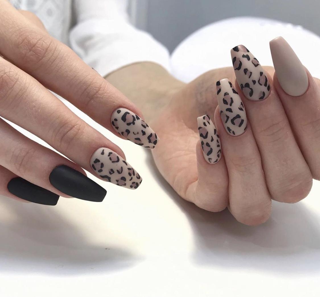 Матовый маникюр в пастельных тонах с леопардовым принтом.