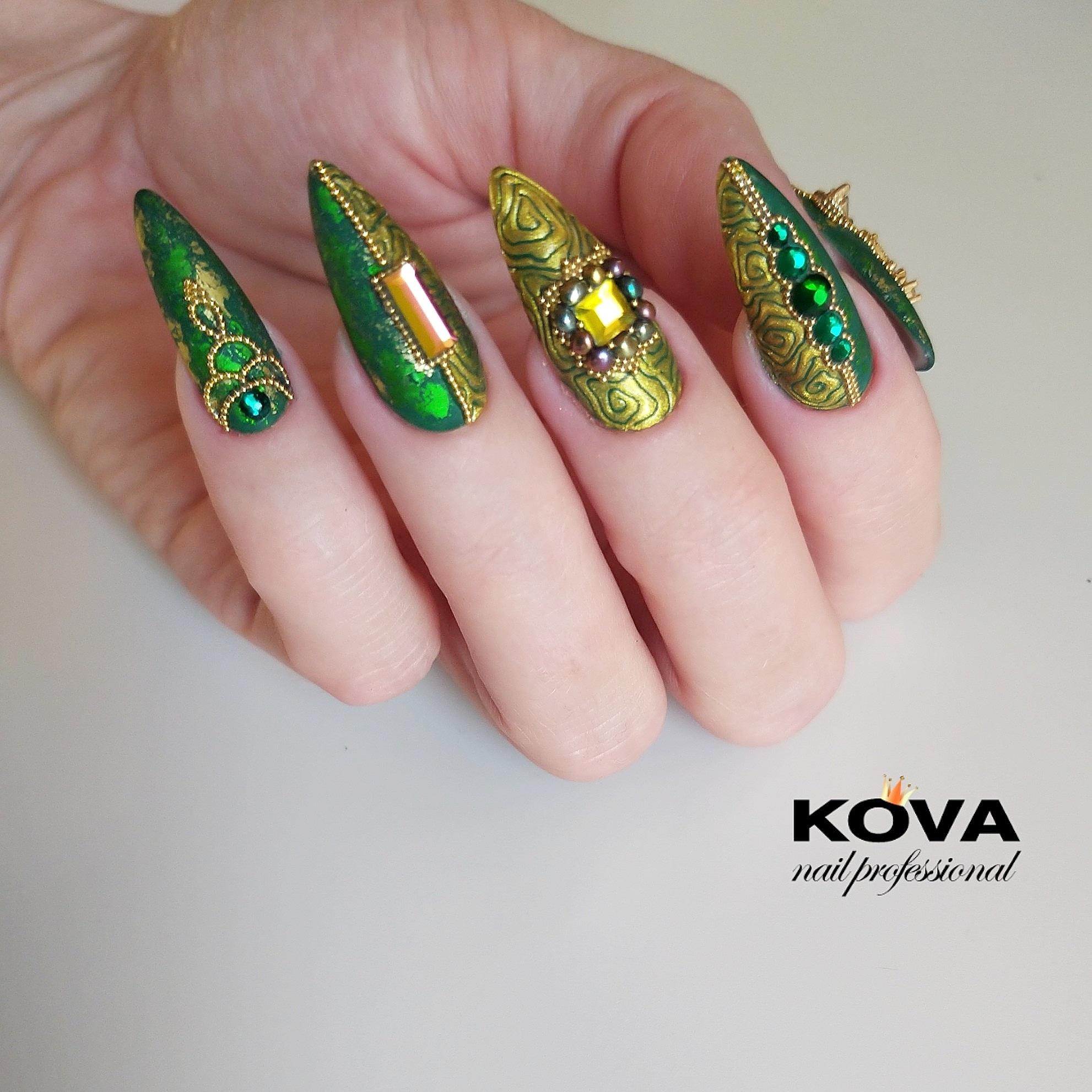 Маникюр в зелёном цвете с фактурным золотым покрытием и объёмными стразами.