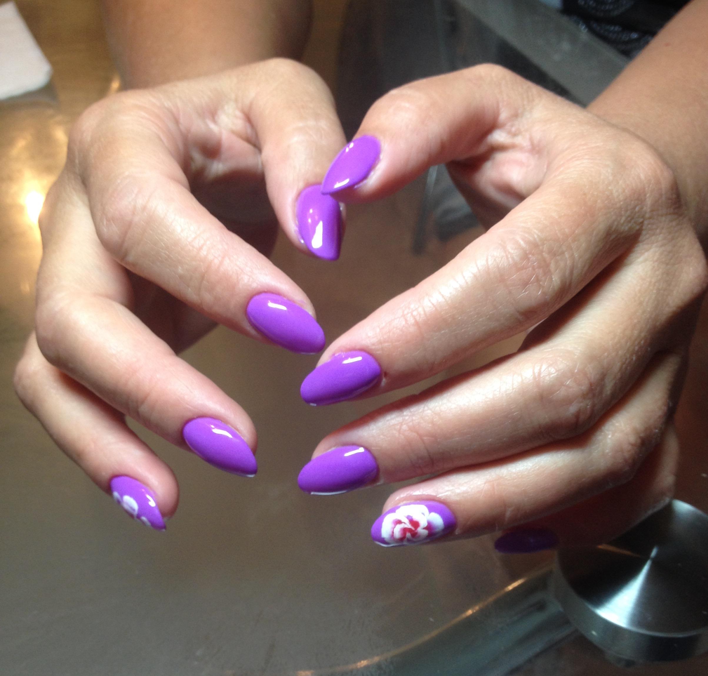 Маникюр в фиолетовом цвете с цветочными слайдерами.