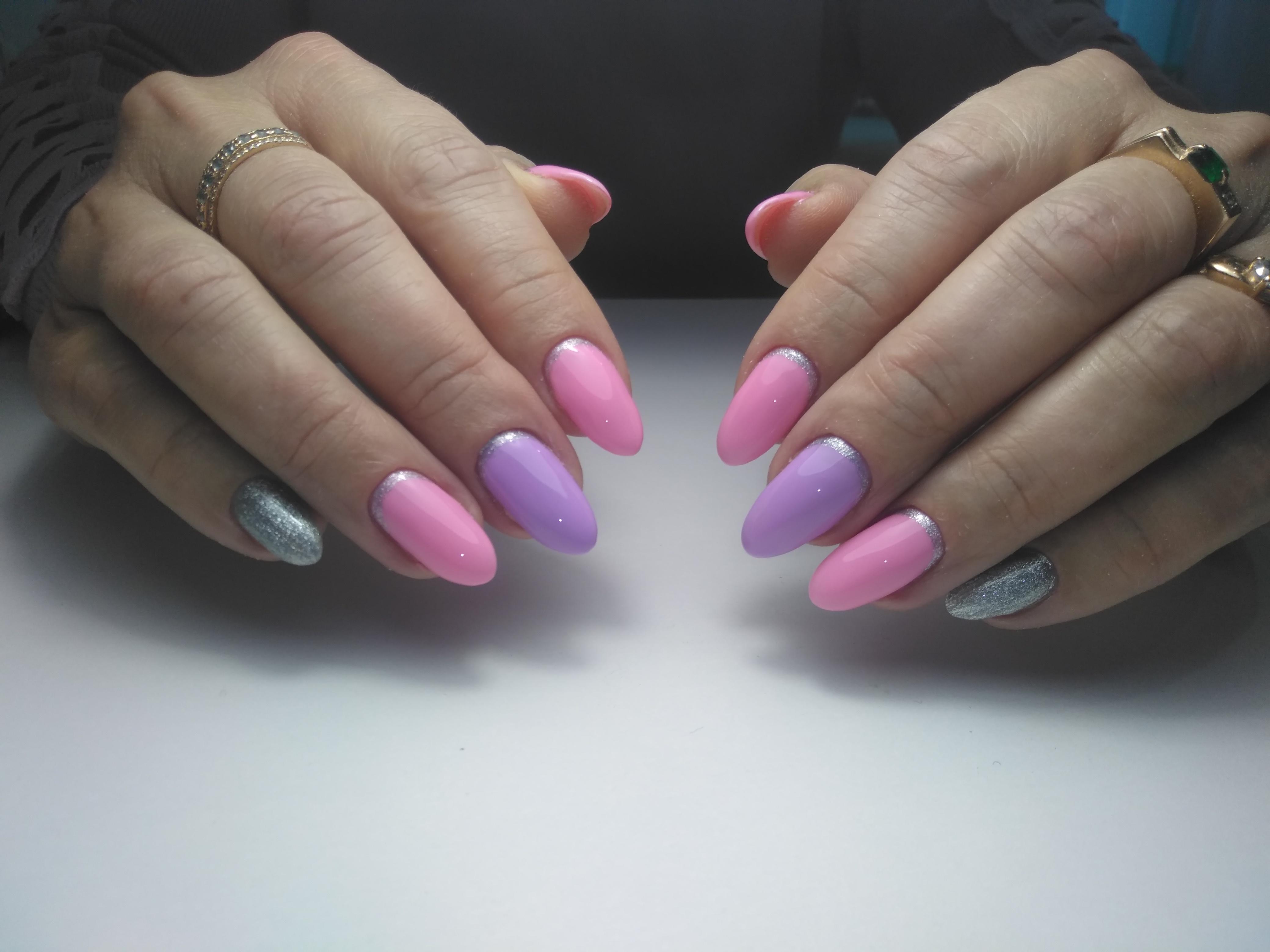 Лунный маникюр в розово-лиловом цвете и серебряными блёстками.