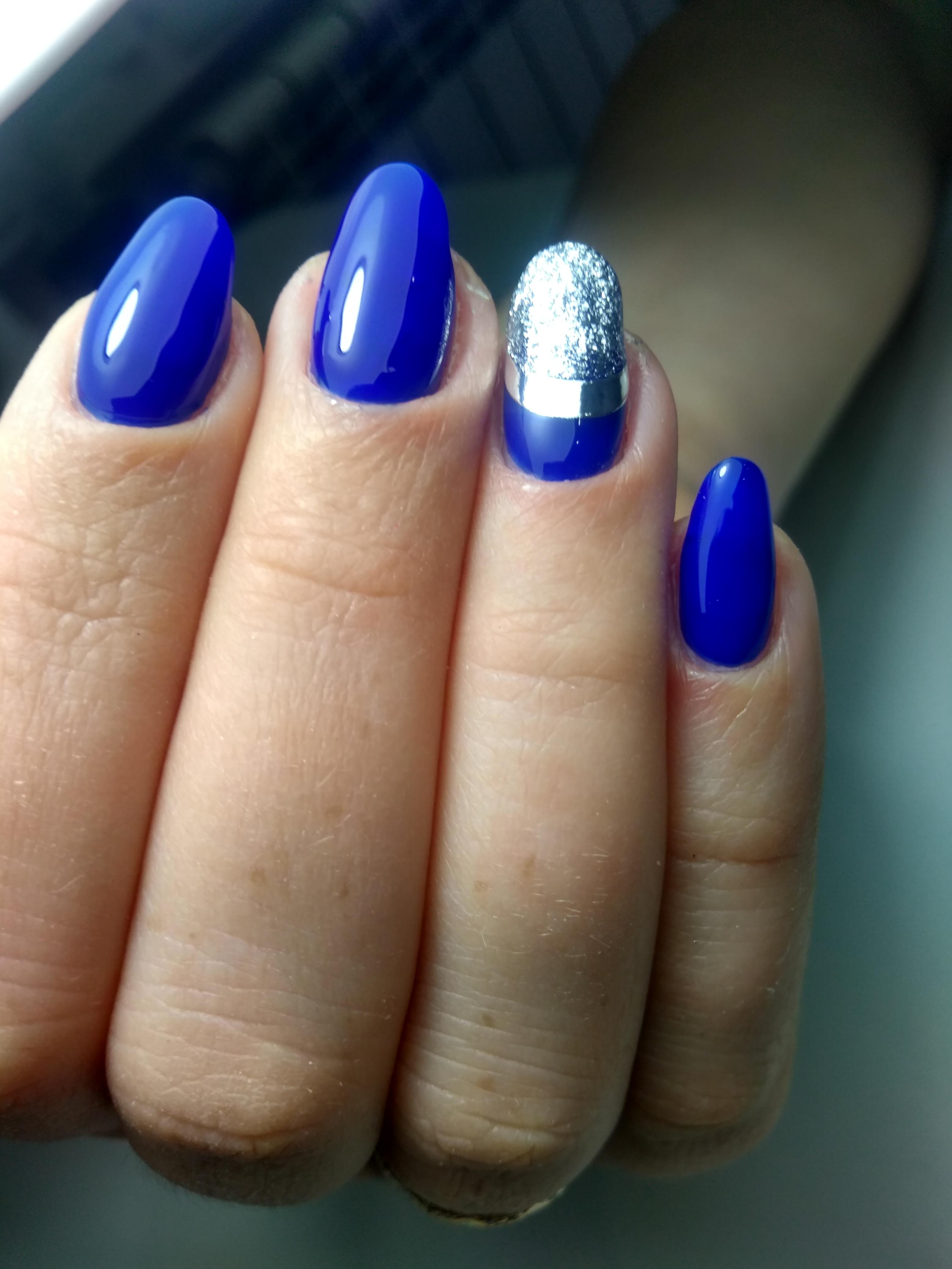 Маникюр в синем цвете с серебряным полосками и блёстками.
