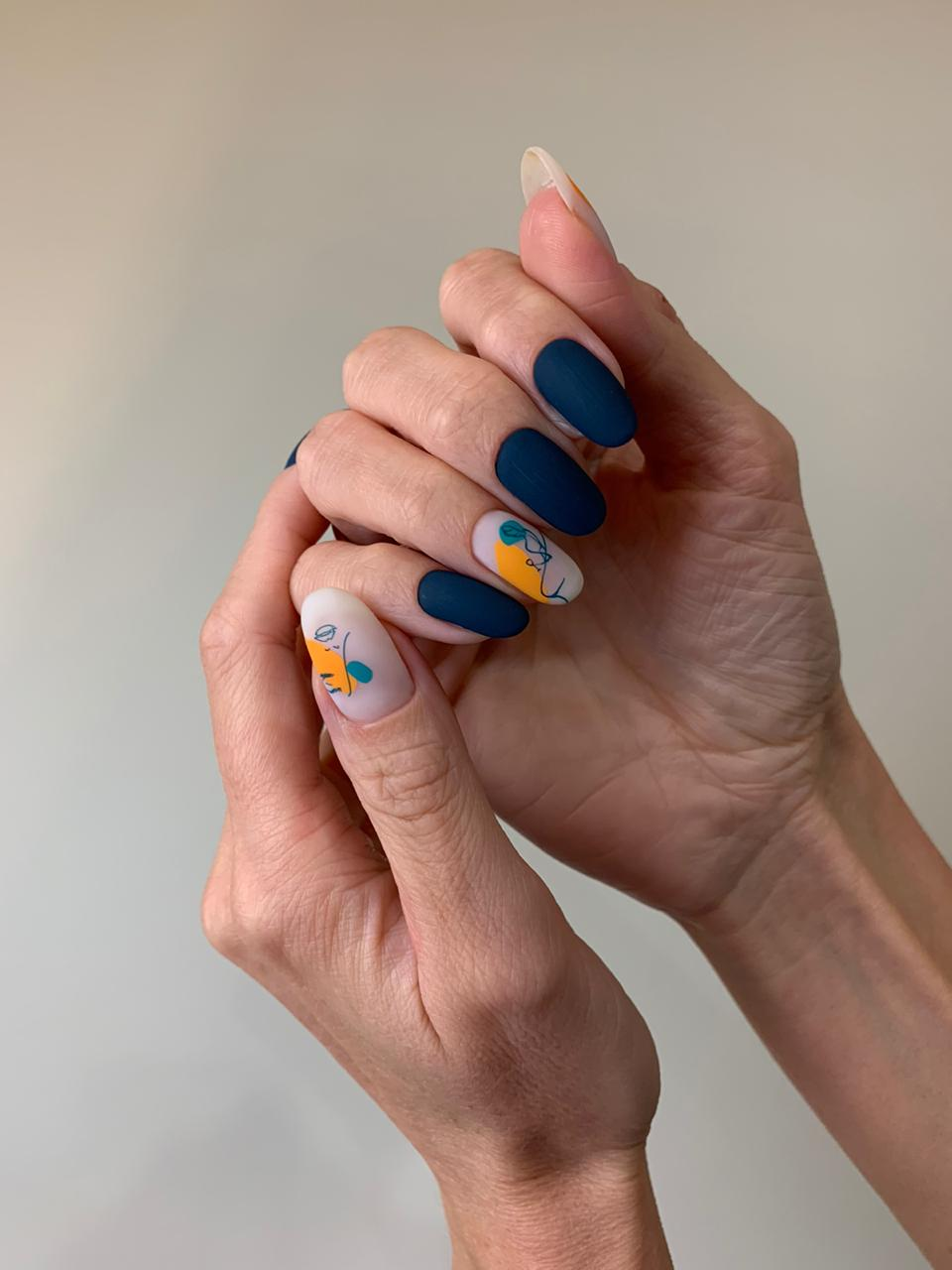 Матовый маникюр в тёмно-синем цвете с контрастным абстрактным рисунком.