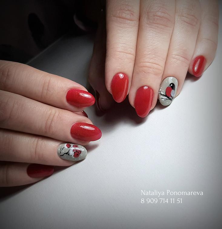 Зимний маникюр в красном цвете с художественной росписью.