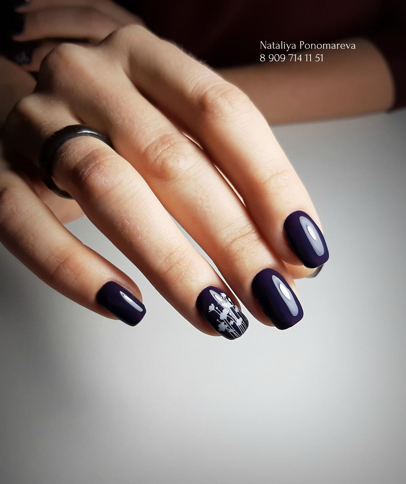 Маникюр в тёмно-синем цвете с растительными слайдерами.