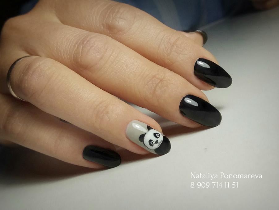 """Маникюр в чёрном цвете с мультяшным рисунком """"панда""""."""