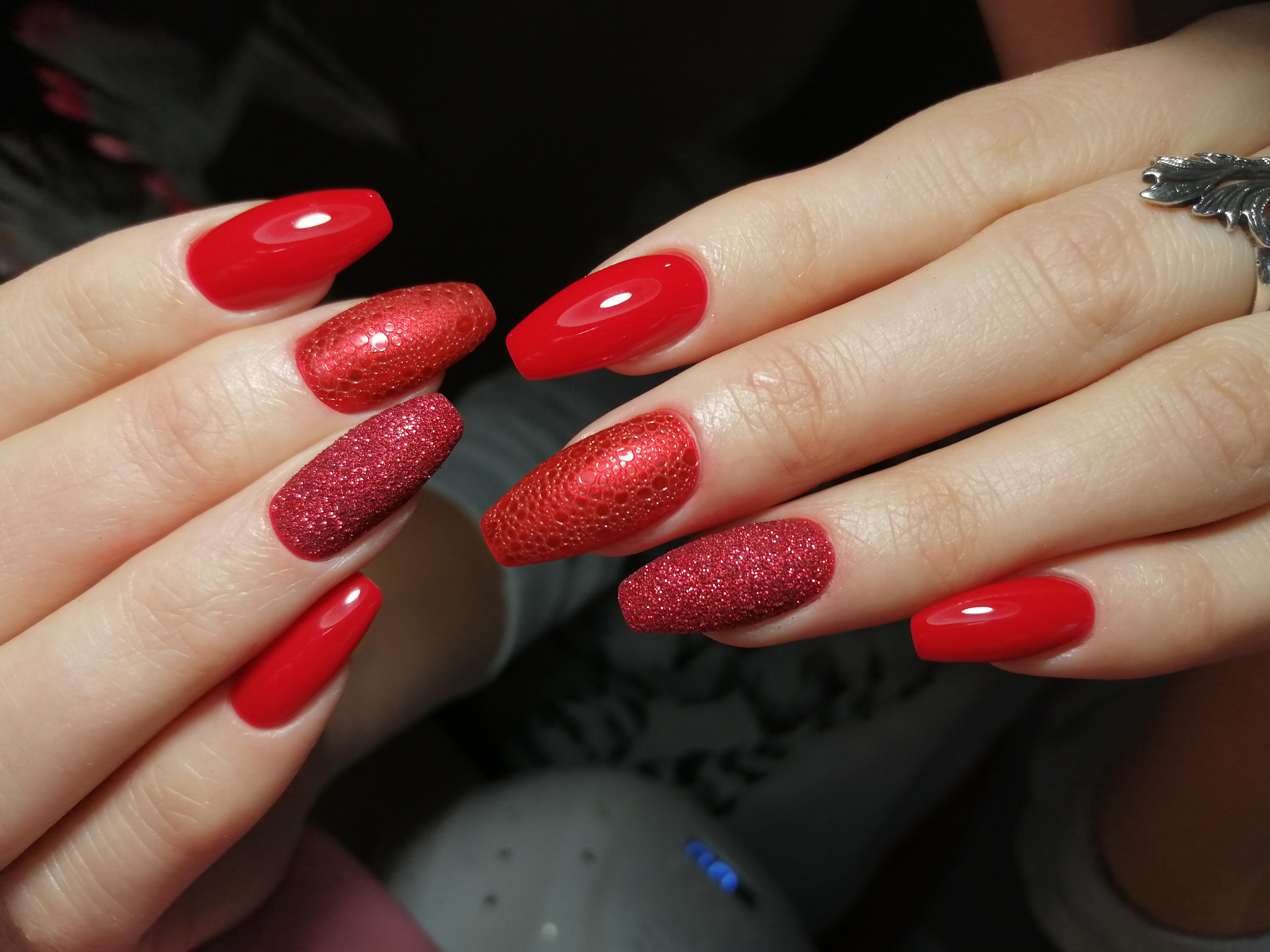 Однотонный маникюр в красном цвете с bubble-эффектом.