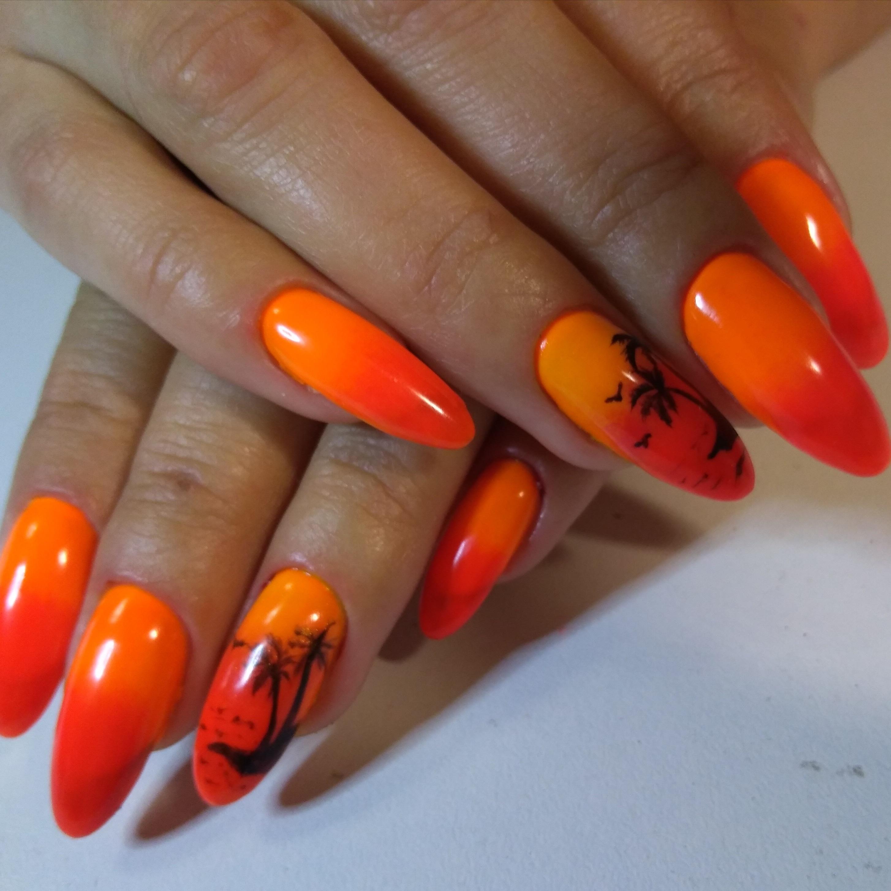 """Маникюр с ярким оранжевым градиентом и слайдерами """"пальмы""""."""