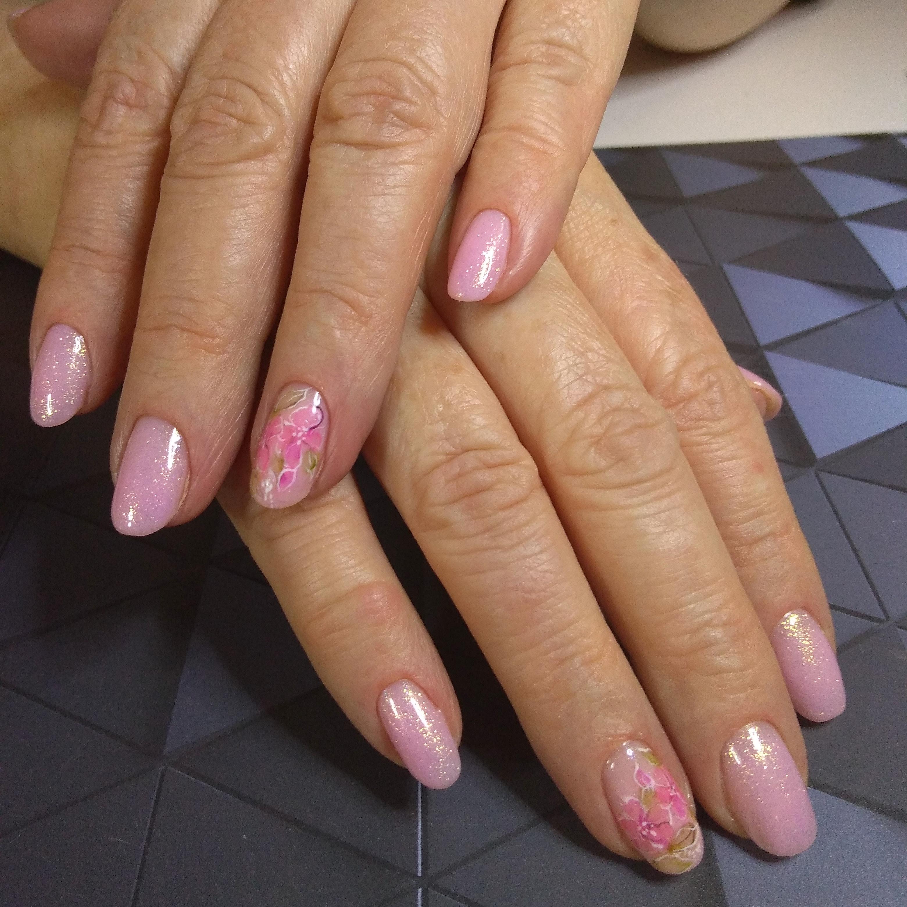 Маникюр с цветочным рисунком в розовом цвете.