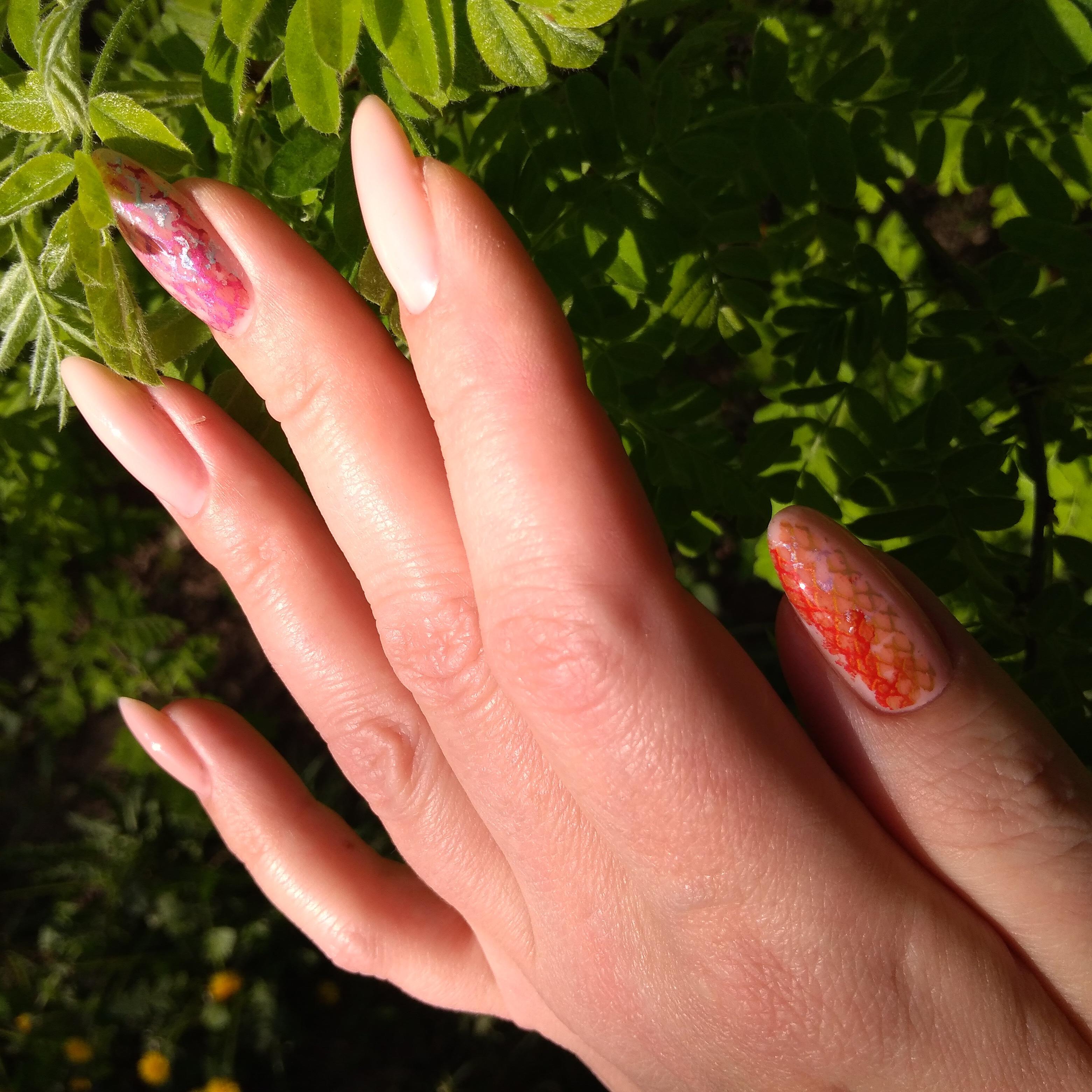 Маникюр с абстрактным рисунком в розовом цвете на длинные ногти.