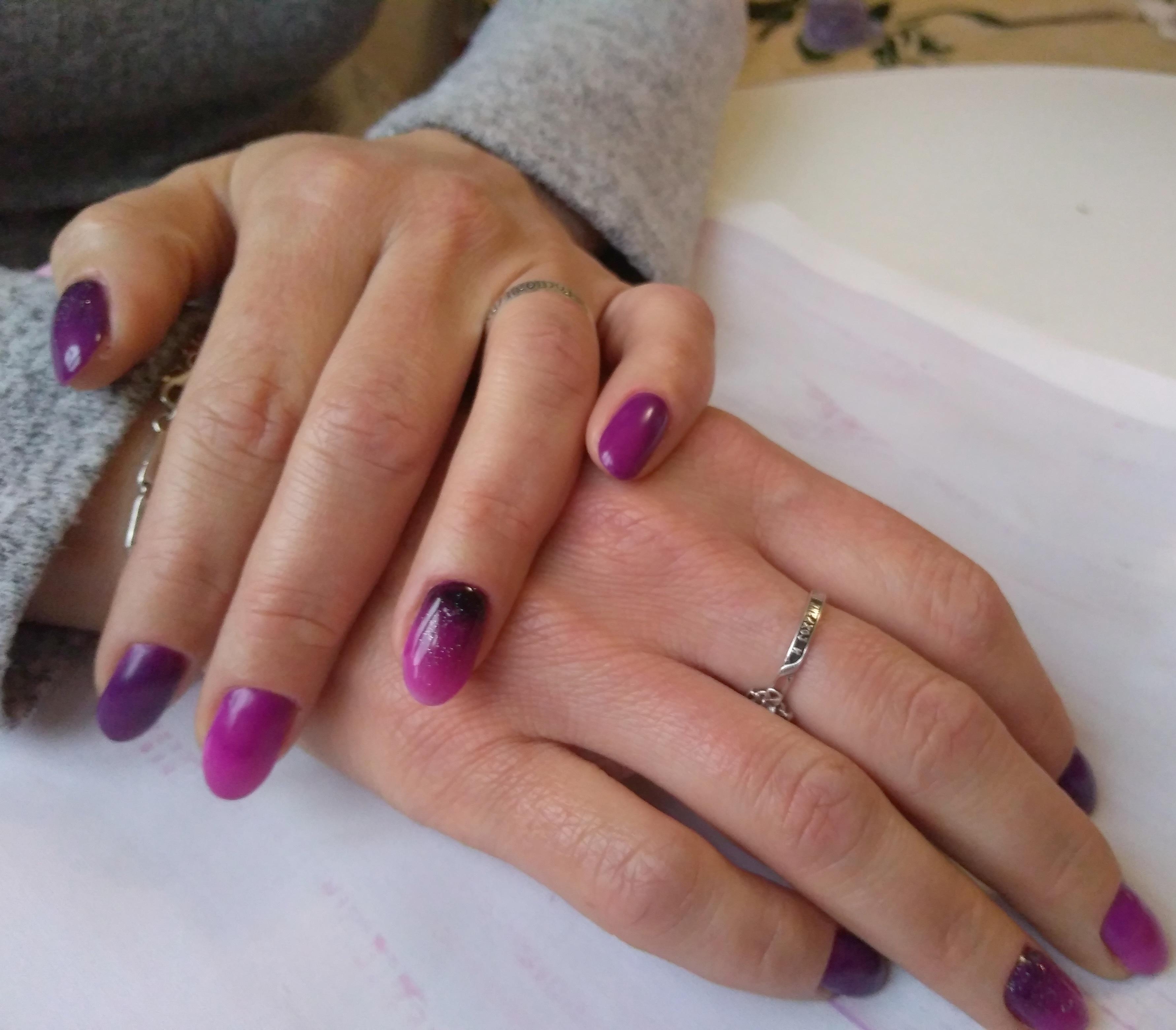 Маникюр с градиентом в баклажановом цвете на короткие ногти.